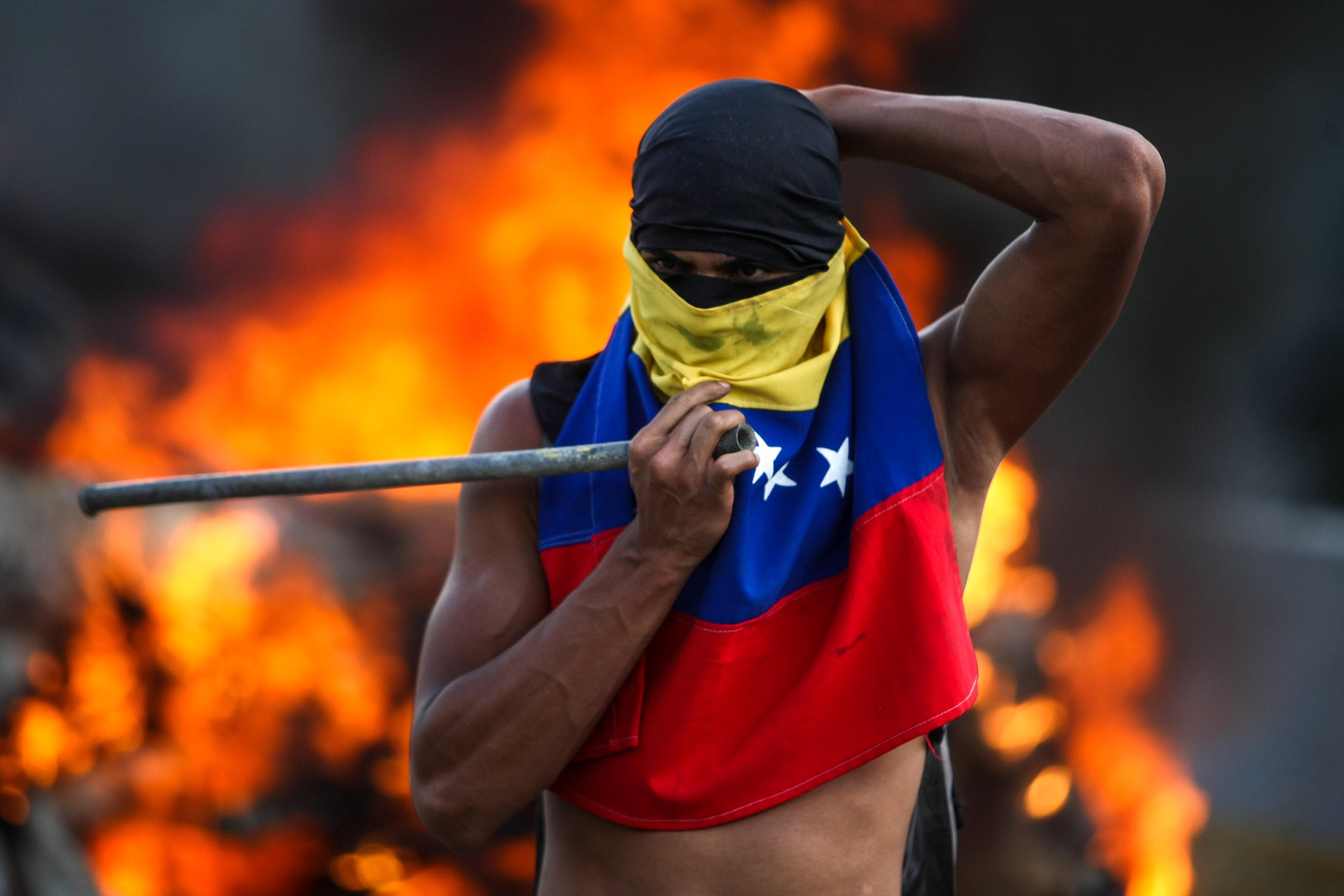 Un home participa en una manifestació contra el govern veneçolà a Caracas (Veneçuela). EFE/ CRISTIAN HERNANDEZ