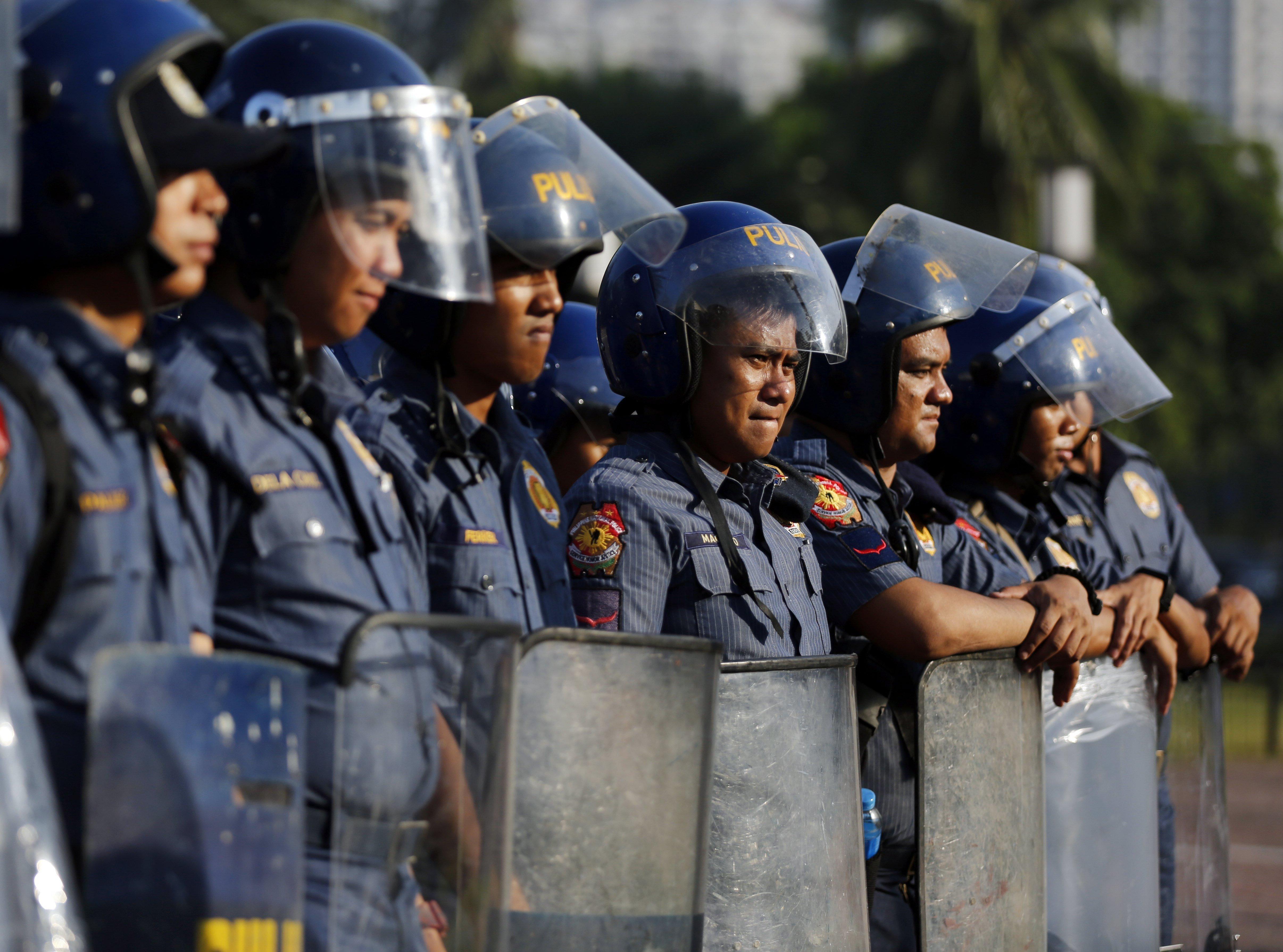 Policies antidisturbis vigilen prop del centre de convencions on se celebrarà la ciemra de l'Associació de nacions del sud-est asiàtic (ASEAN) a Manila (Filipines). L'esdeveniment se celebrarà del 26 al 29 d'abril. EFE - Francis R. Malasig
