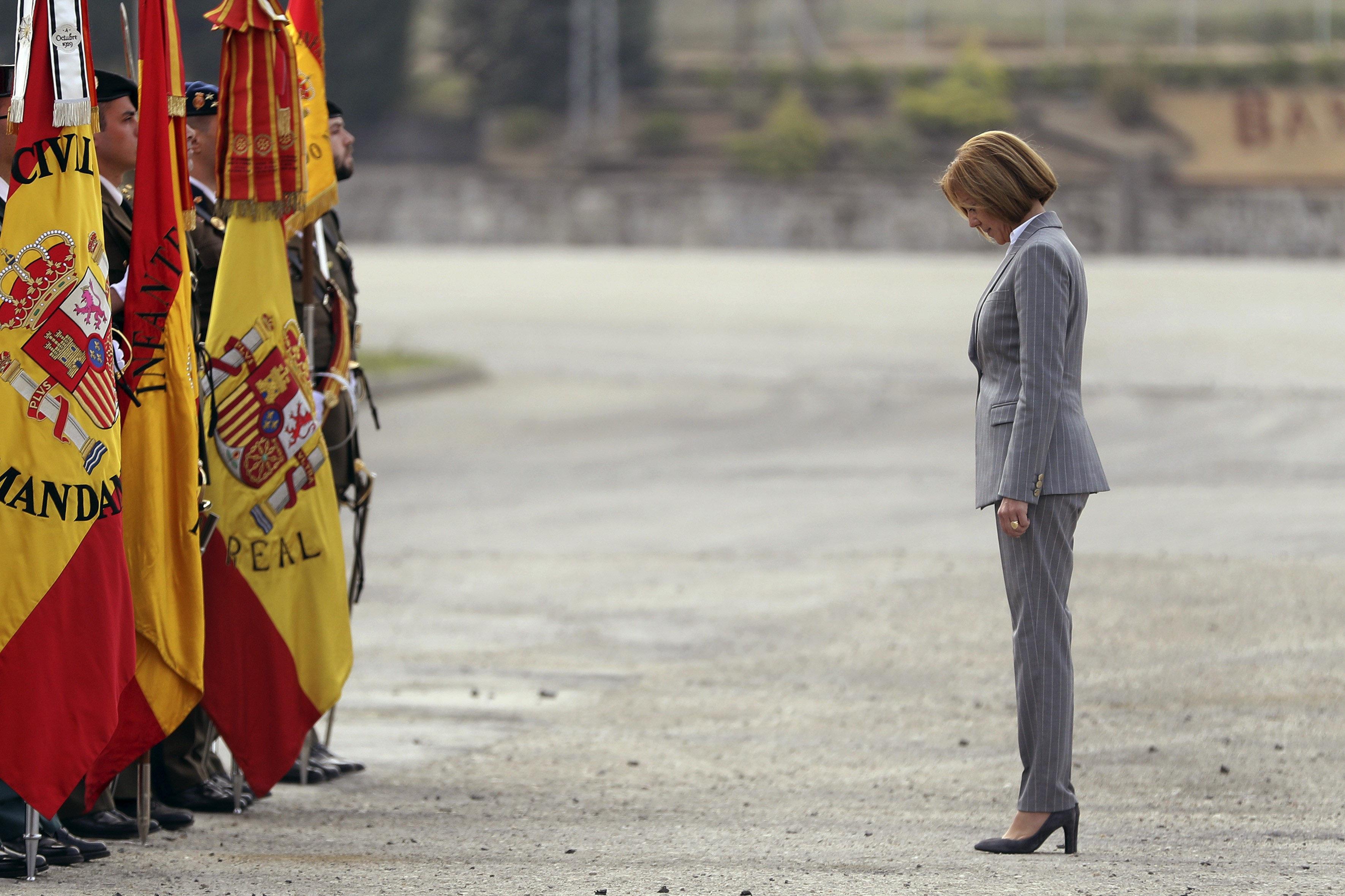 La ministra de Defensa, María Dolores de Cospedal, saluda la bandera en arribar a la reunió del capítol extraordinari de la Reial i Militar Ordre de Sant Ferran. / EFE