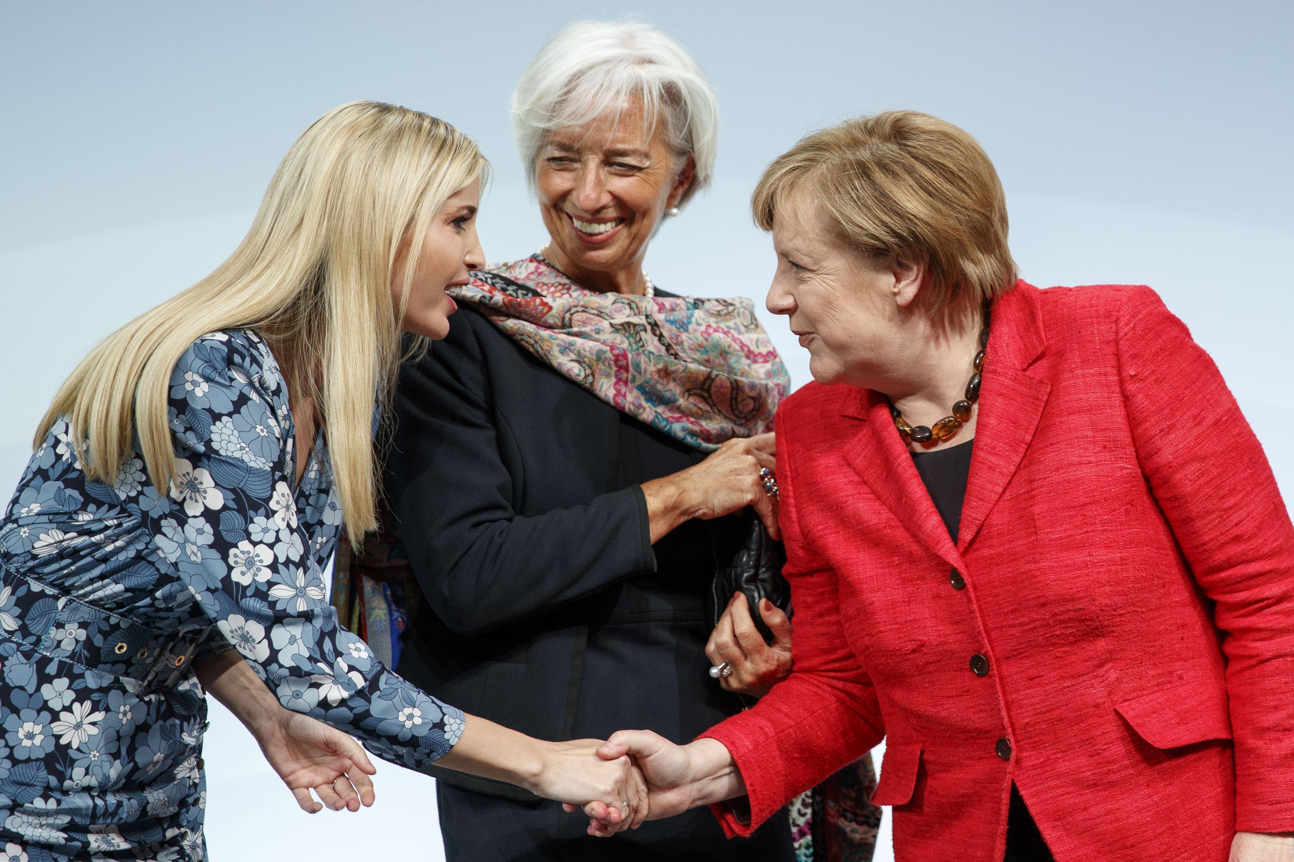 Ivanka Trump, Angela Merkel, i la directora del Fons Monetari Internacional, Christine Lagarde, durant el Woman20 (W20) a Berlín (Alemanya). EFE/ CARSTEN KOALL