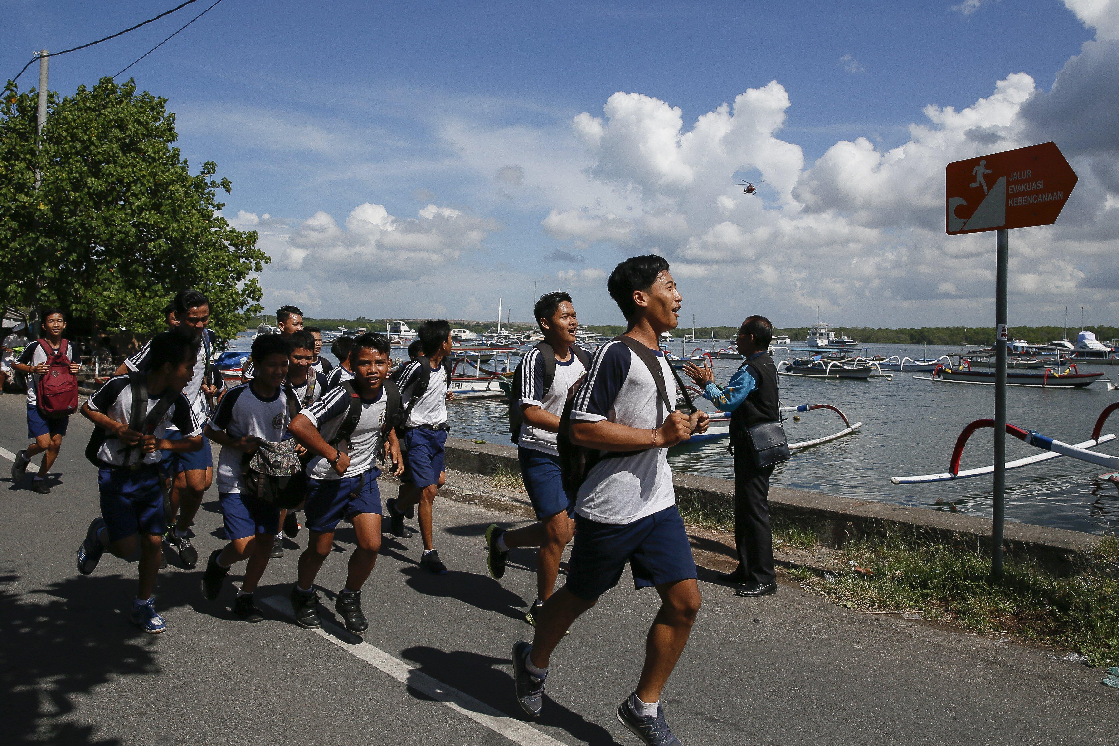 Estudiants participen en un simulacre d'evacuació de terratrèmol i tsunami en Serangan, Bali (Indonèsia).  Equips de rescat, voluntaris i vilatans van participar en un simulacre per preparar procediments de resposta d'emergència per a terratrèmols i tsunamis. / EFE - MADE NAGI