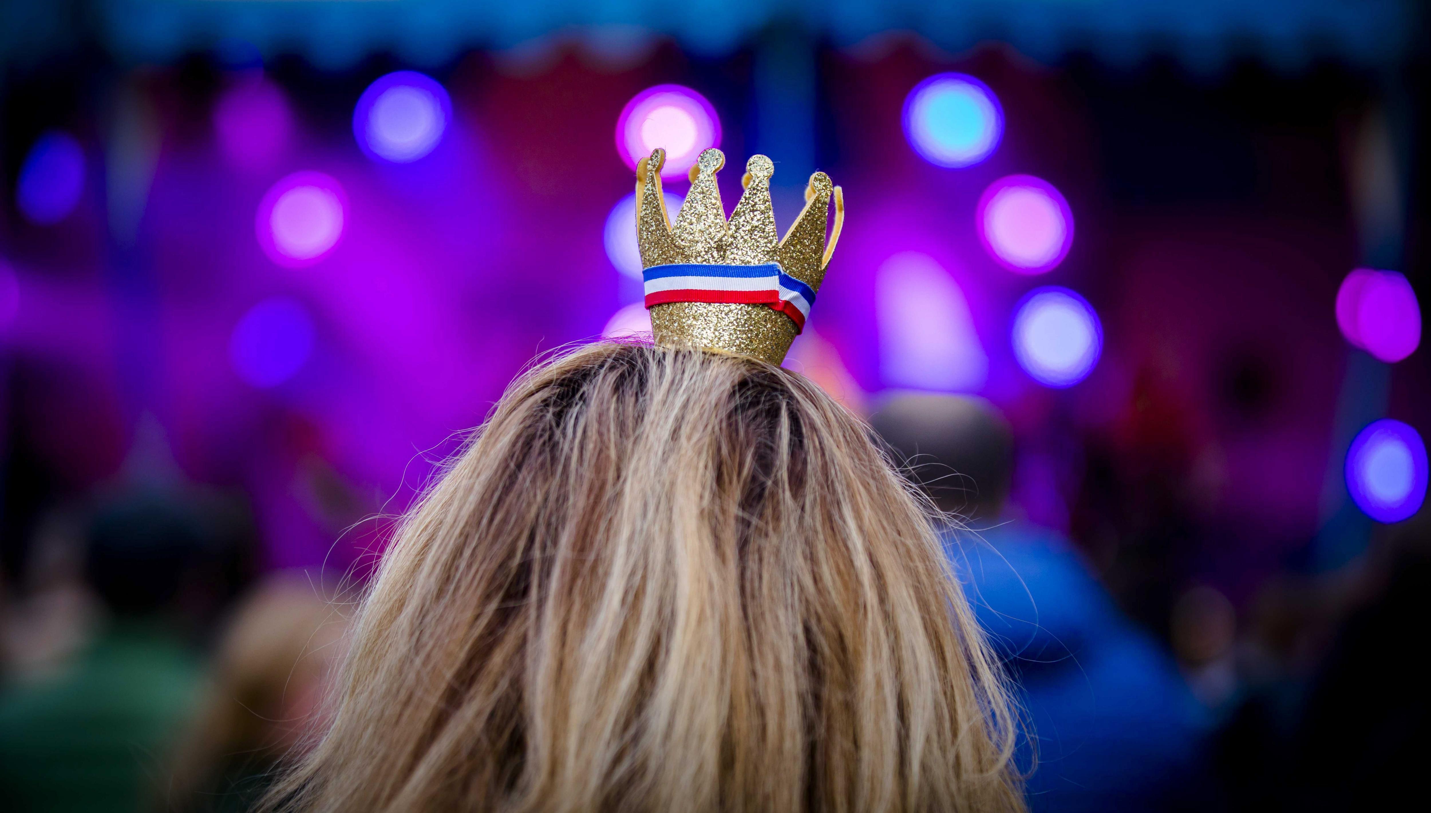 Una dona celebra l'aniversari del rei Guillermo-Alejandro, que aquest any compleix 50 anys (Holanda). / BART MAAT