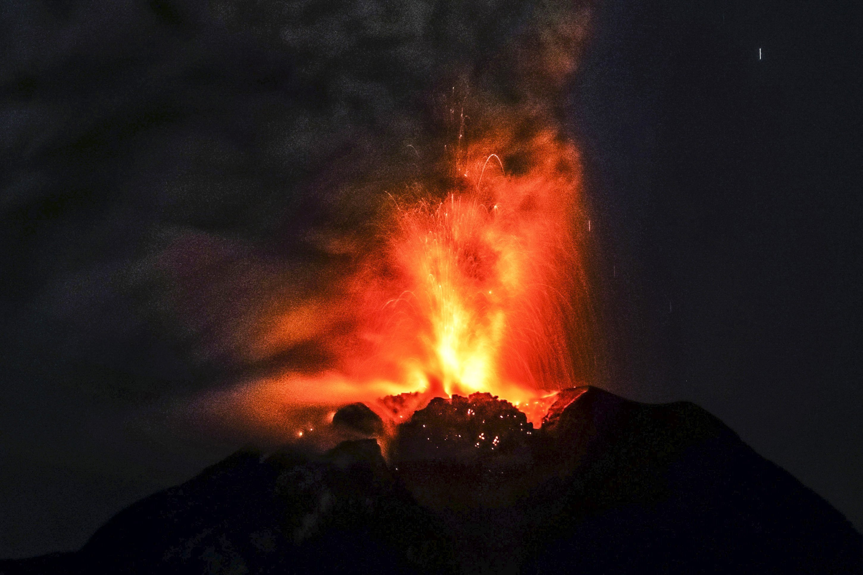 El volcà Sinabung expulsa lava i cendres en ser fotografiat des de la localitat de Tiga Pancur en Karo al nord de Sumatra (Indonèsia). /STR