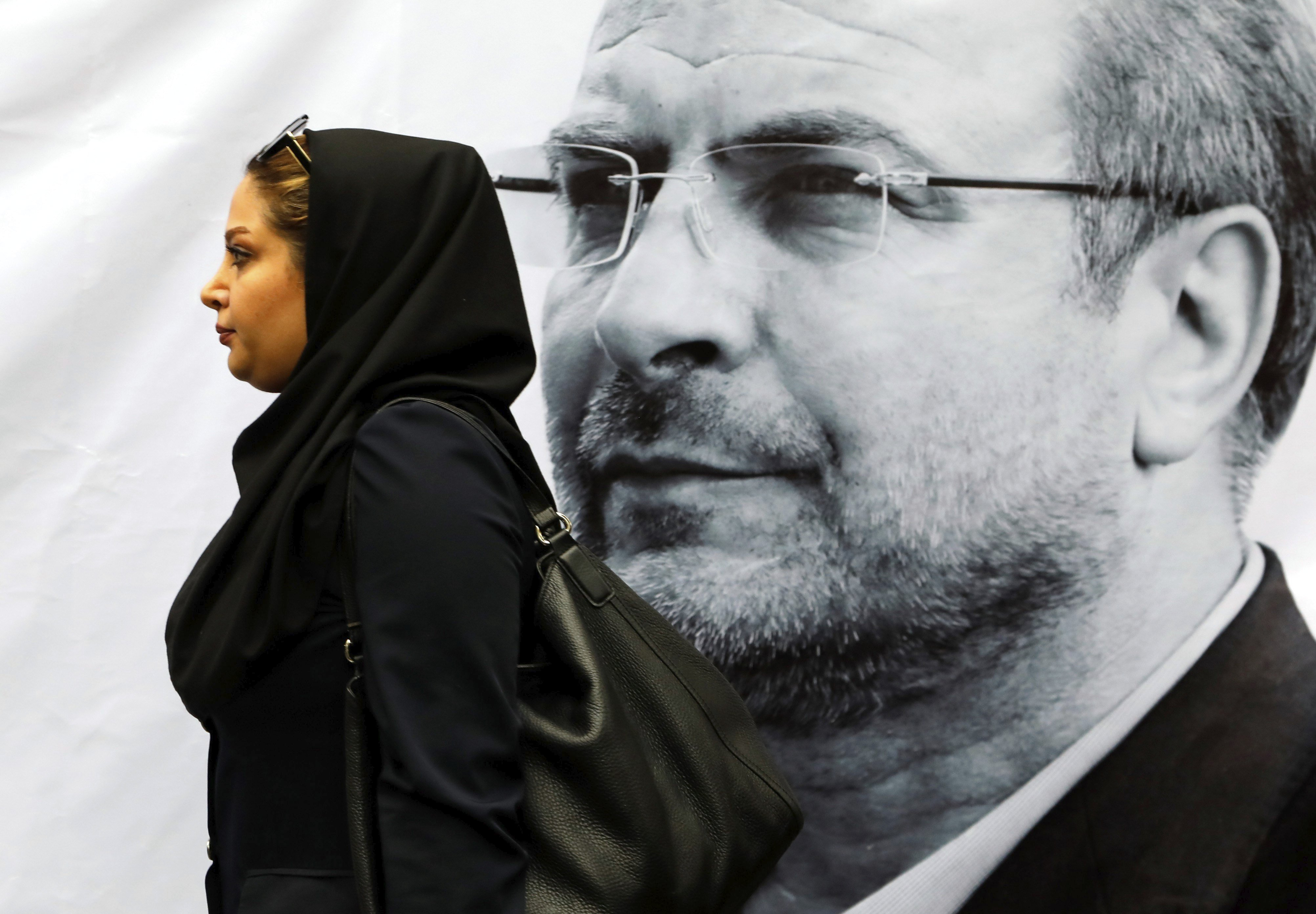 Una simpatitzant del candidat presidencial iranià Mohammad Bagher Ghalibaf assisteix a un míting electoral a Teheran (Iran) avui, 2 de maig de 2017. Les eleccions se celebraran el 19 de maig. / Abedin Taherkenareh