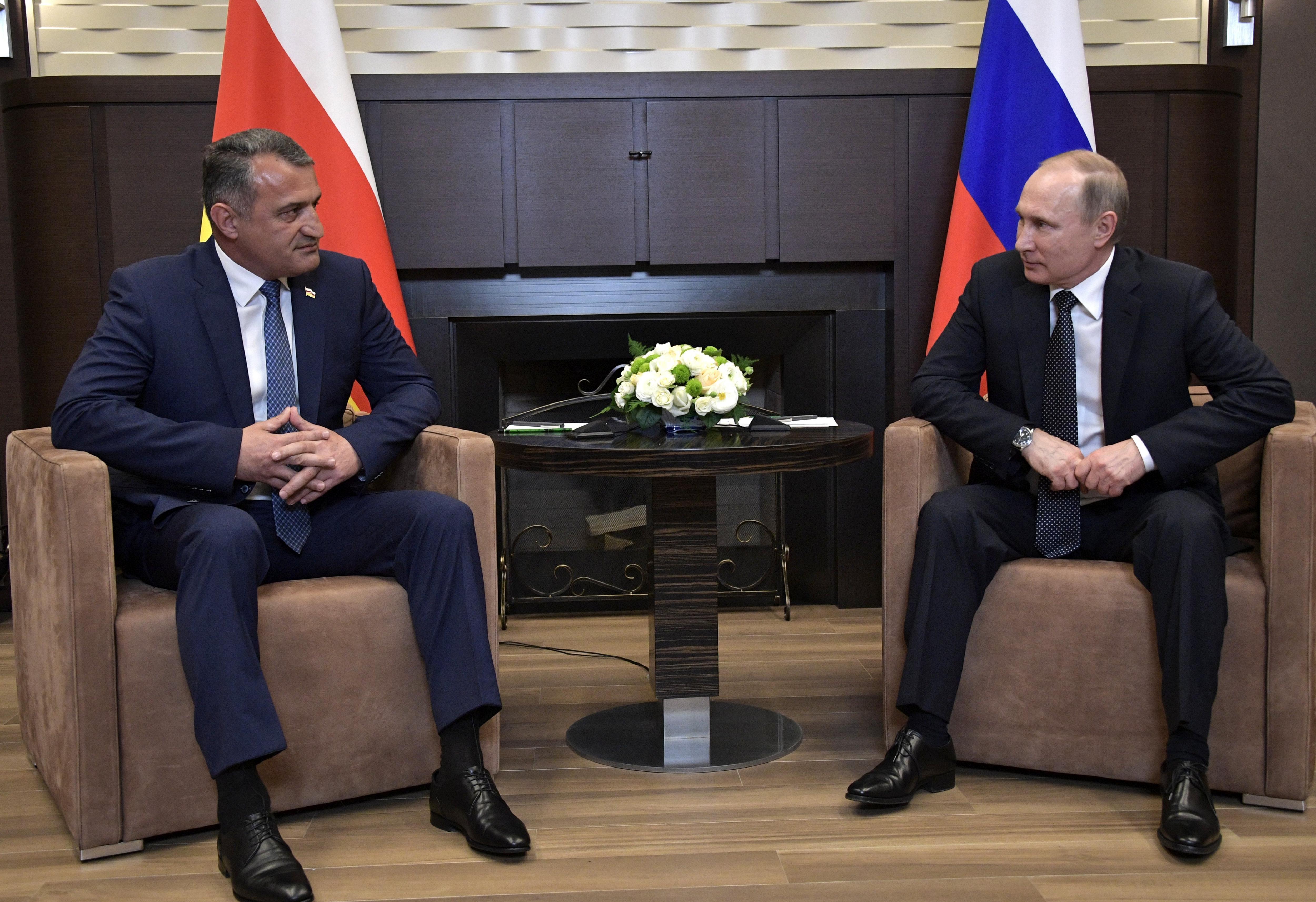El president rus, Vladimir Putin, conversa amb el president de Osetia del Sud, Anatoli Bibílov, durant una trobada a Sochi, Rússia. / Alexey Nikolsky
