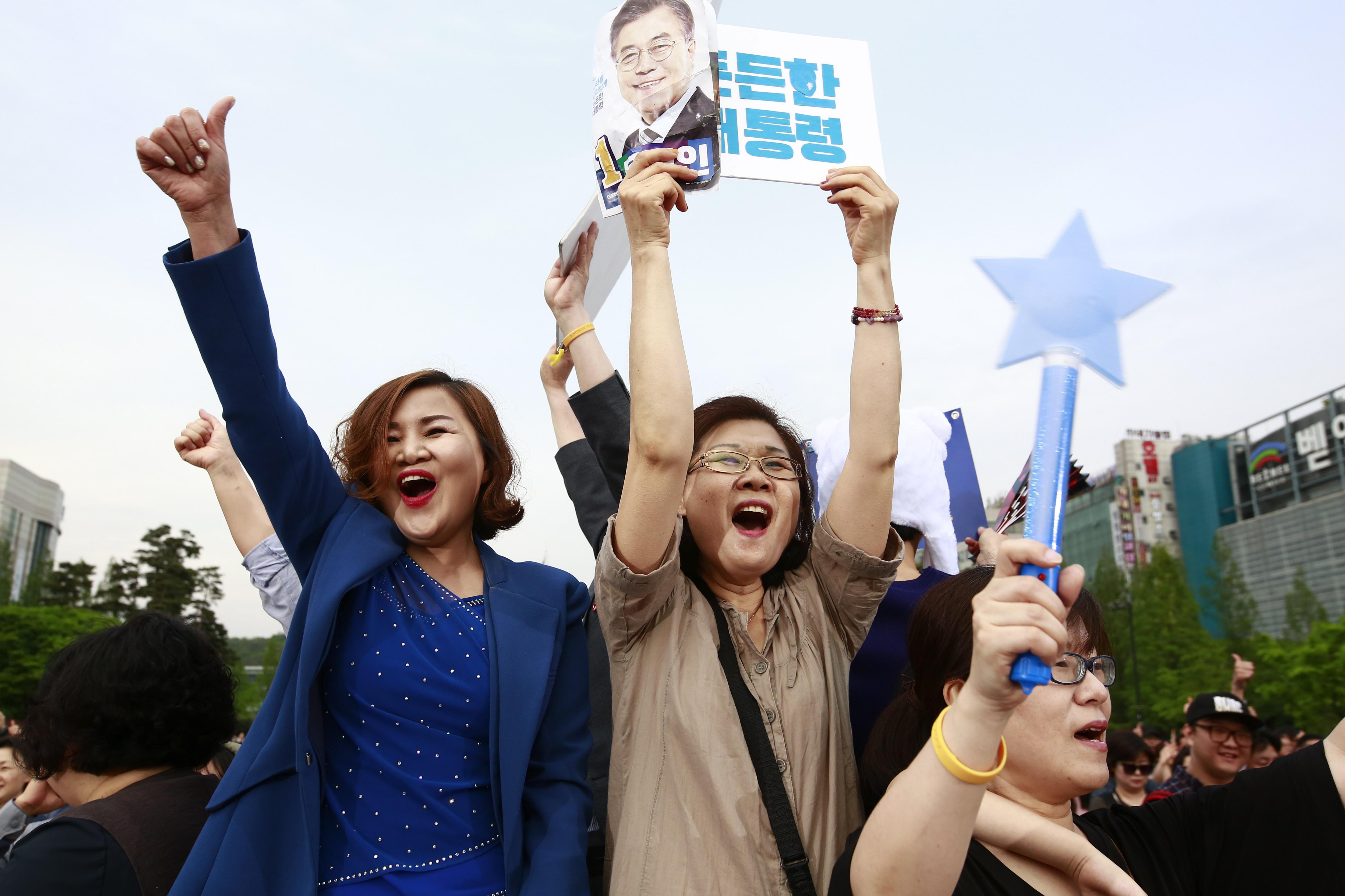 Simpatitzants del candidat presidencial sud-coreà Moon Jae-in, del Partit Democràtic de Corea, durant un acte de campanya a Goyang, a la província de Gyeonggi-do (Corea del Sud). /JEON HEON-KYUN