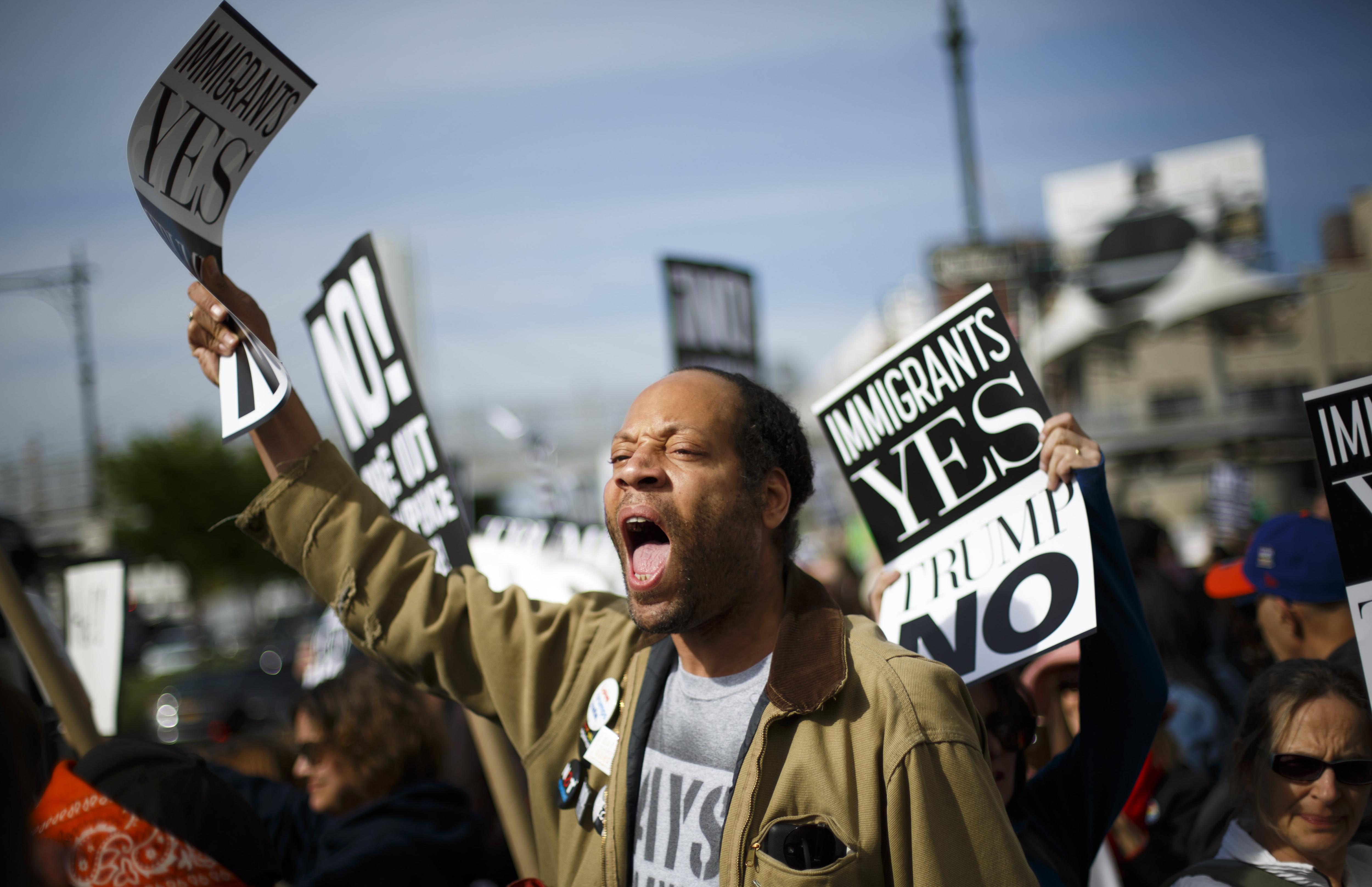 Manifestants es reuneixen per protestar contra el president Trump durant la seva primera visita a la ciutat de Nova York. /JUSTIN LANE