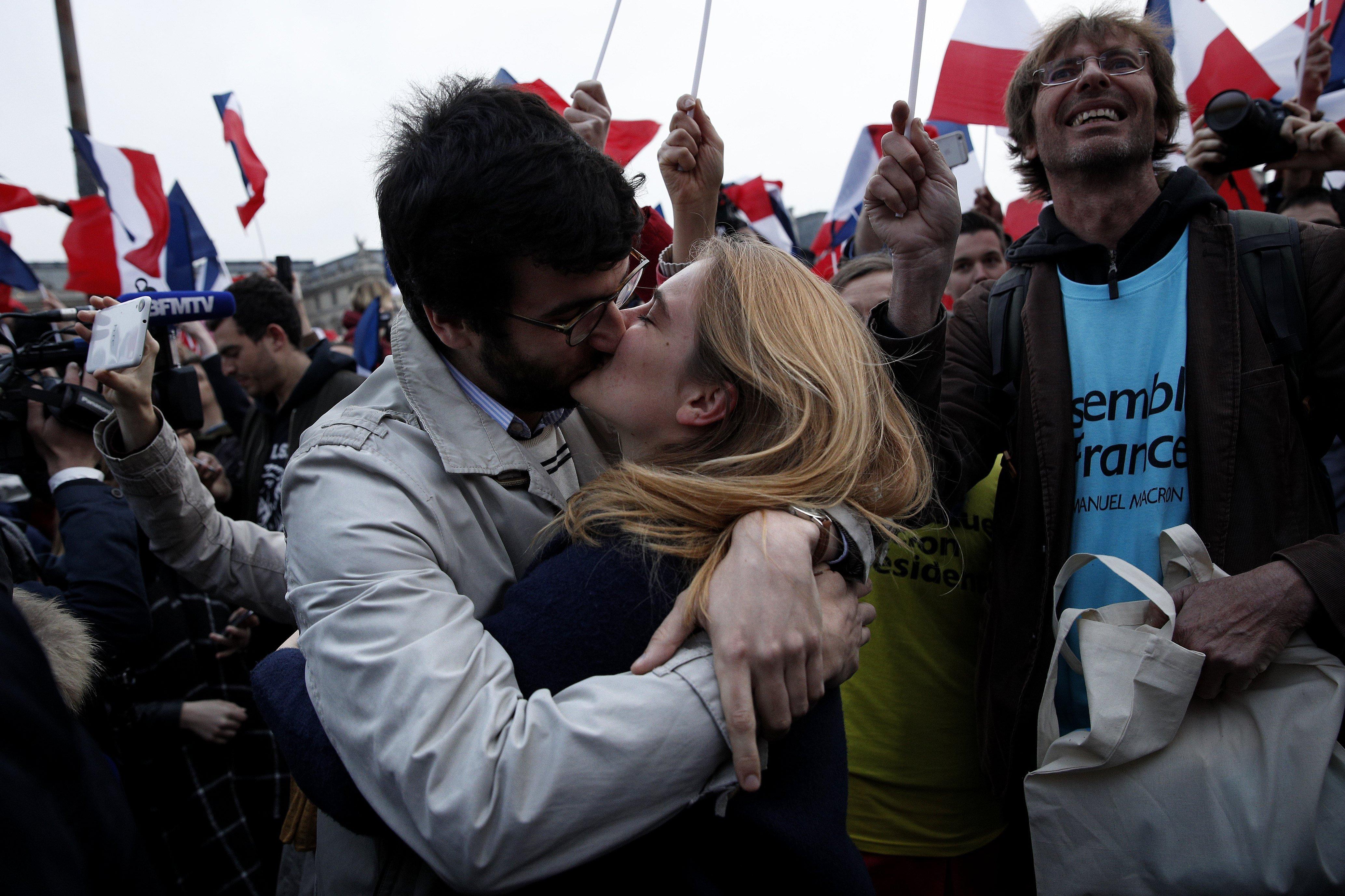 Dos joves celebren la victoria del socioliberal Emmanuel Macron a la segona volta de les eleccions presidencials franceses. /YOAN VALAT