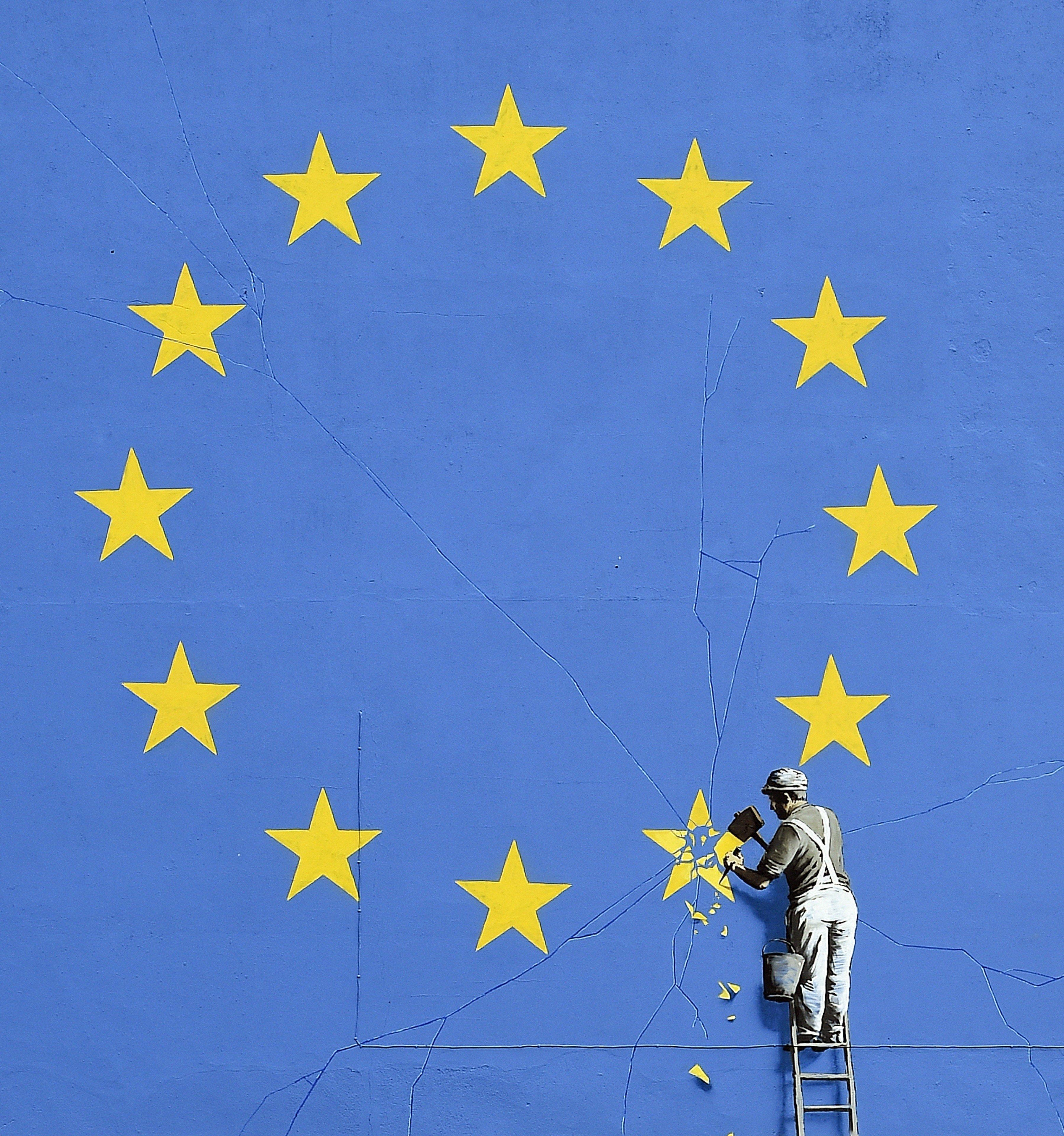 Vista del mural de Bansky sobre la sortida del Regne Unit de la UE que ha apregut avui 8 de maig de 2017 en la façana d'un edifici de la ciutat anglesa de Dover. / Gerry Penny