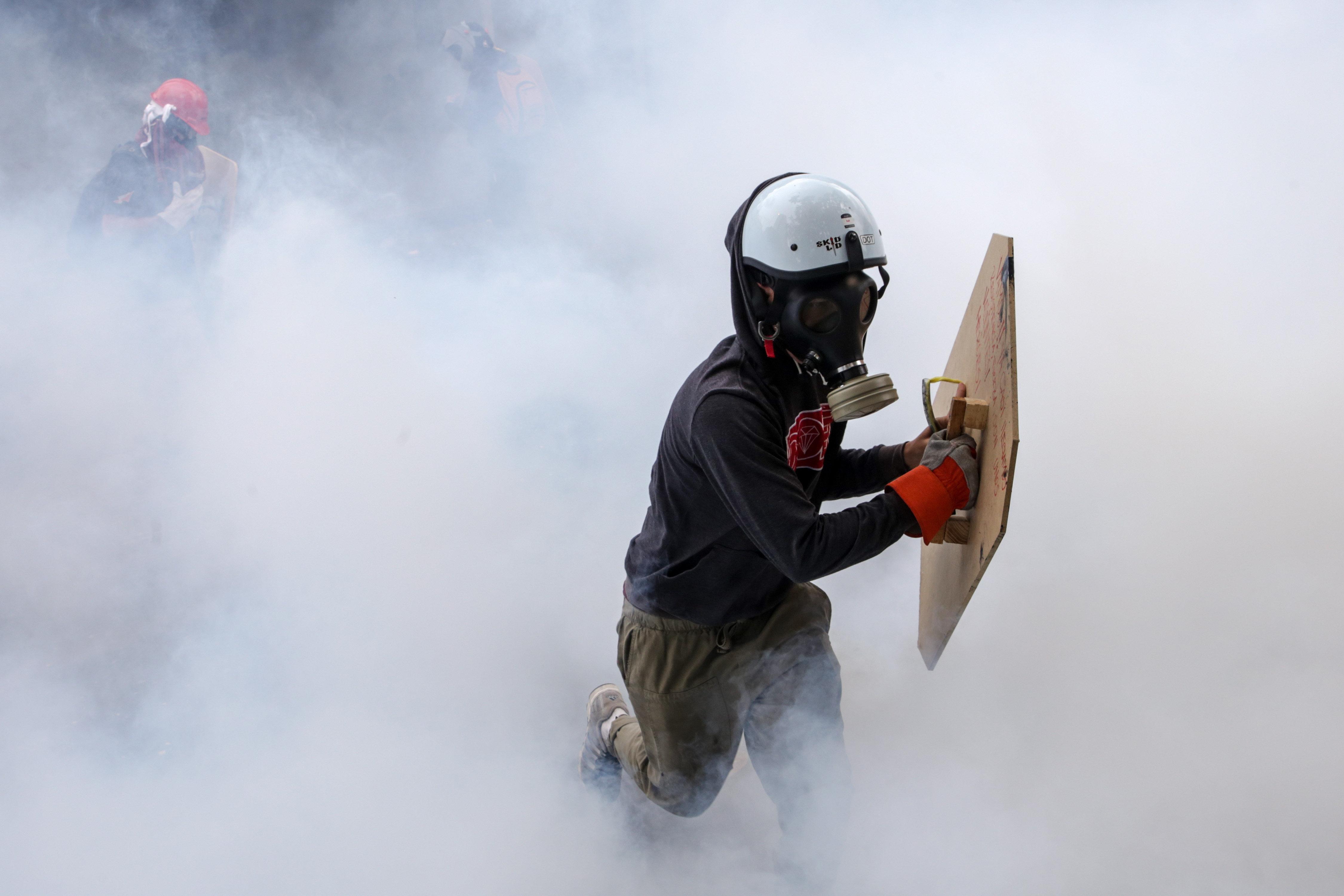 Manifestants s'enfronten a la Guàrdia Nacional Bolivariana (GNB) en una manifestació a Caracas (Veneçuela). /CRISTIAN HERNÁNDEZ