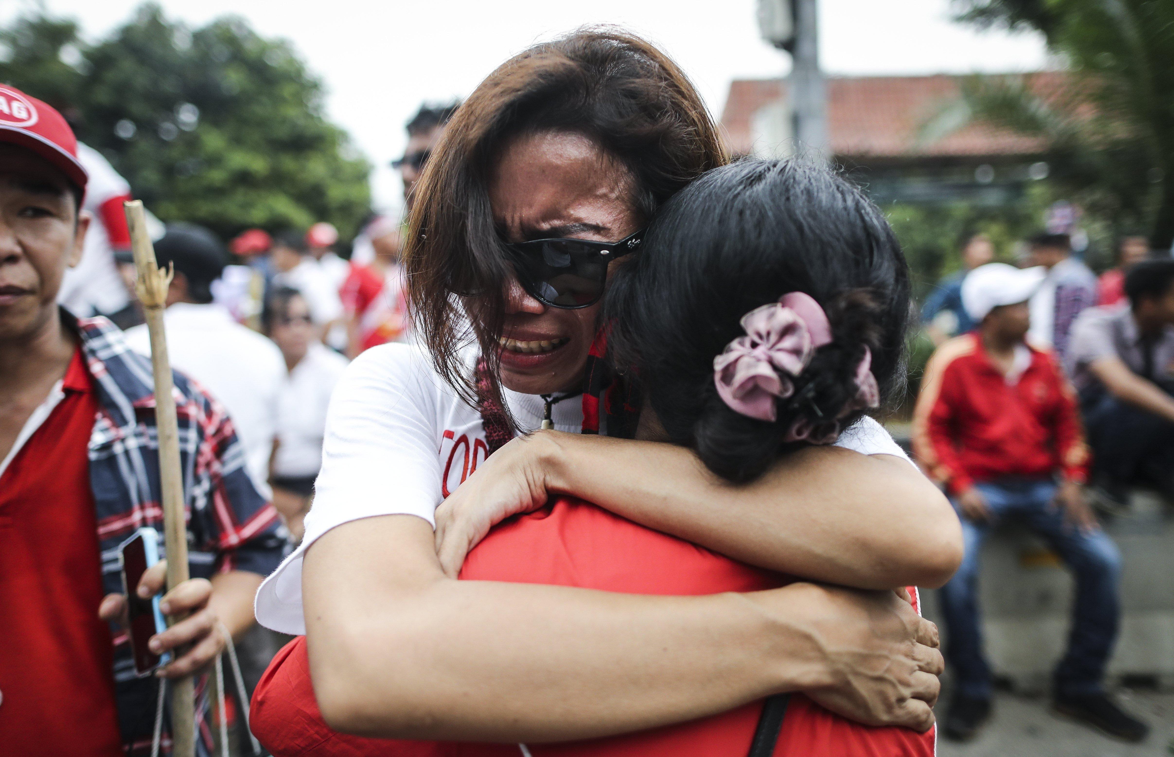 """Simpatitzants de l'actual governador de Jakarta, Basuki Tjahaja Purnama """"Ahok"""", reaccionen després de conèixer la sentència que el condemna a dos anys de presó per insultar a l'Alcorà ( Indonesia). /MAST IRHAM"""