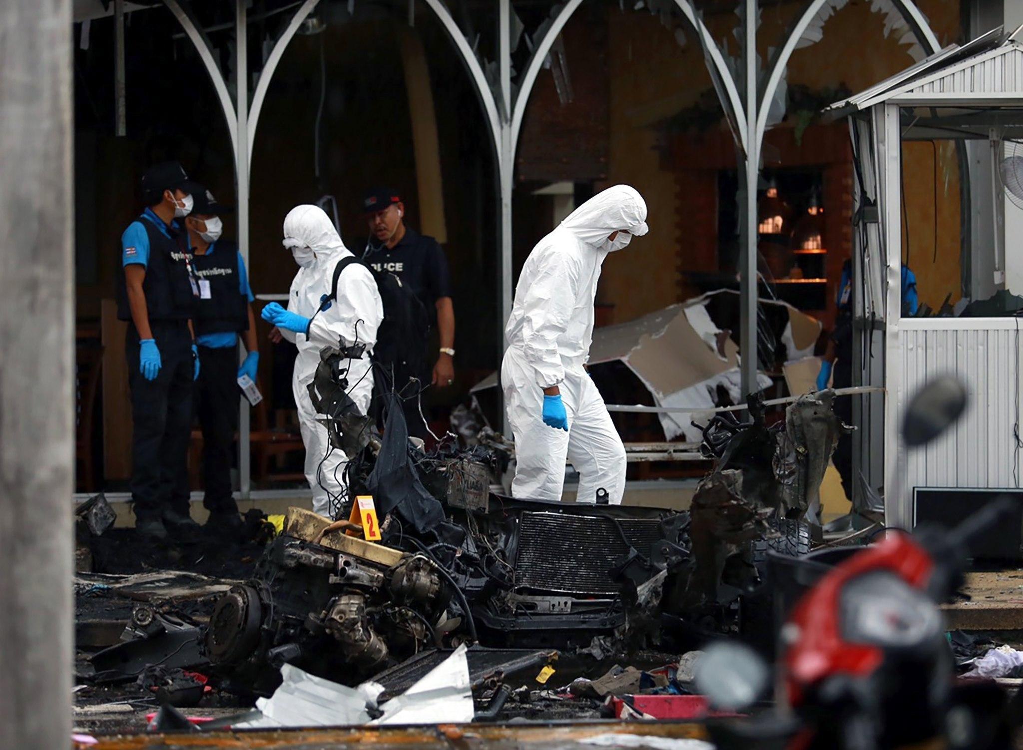 Policies forenses tailandesos inspeccionen vehicles danyats després de l'explosió de dues bombes en un supermercat a la província de Pattani, a Tailàndia. /STR