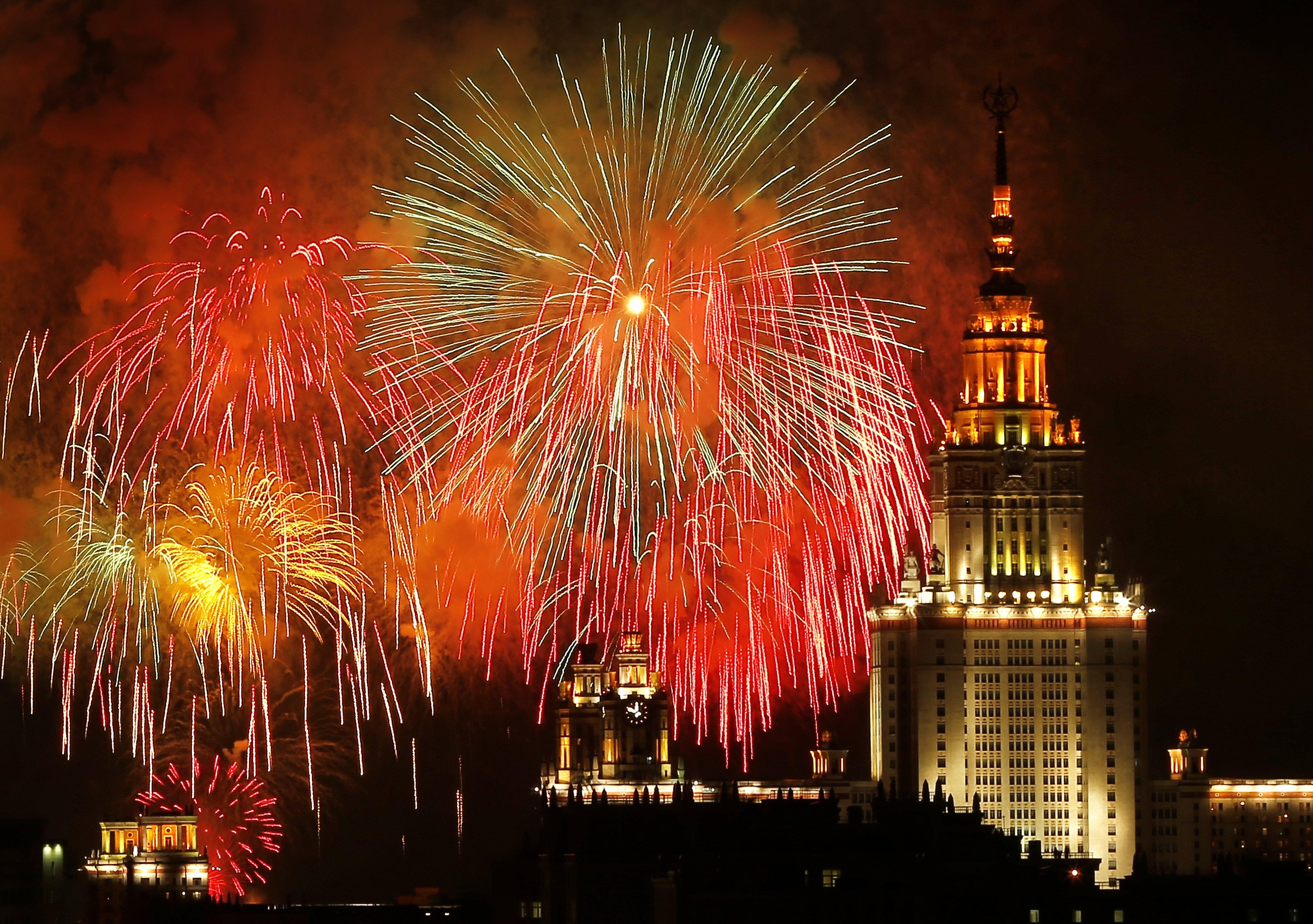 Vista general dels focs artificials que il·luminen la commemoració del 72 aniversari de la victòria  de Rússia sobre l'Alemanya Nazi al final de la Segona Guerra Mundial (Moscou). /YURI KOCHETKOV