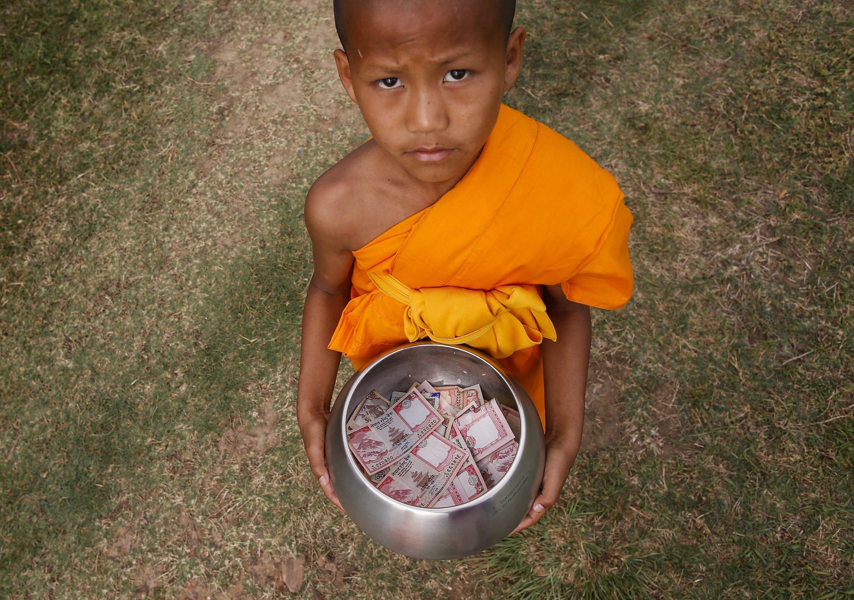 Un monjo budista recol·lecta almoina abans del dia de Vesak a Lumbini (Nepal). /NARENDRA SHRESTHA