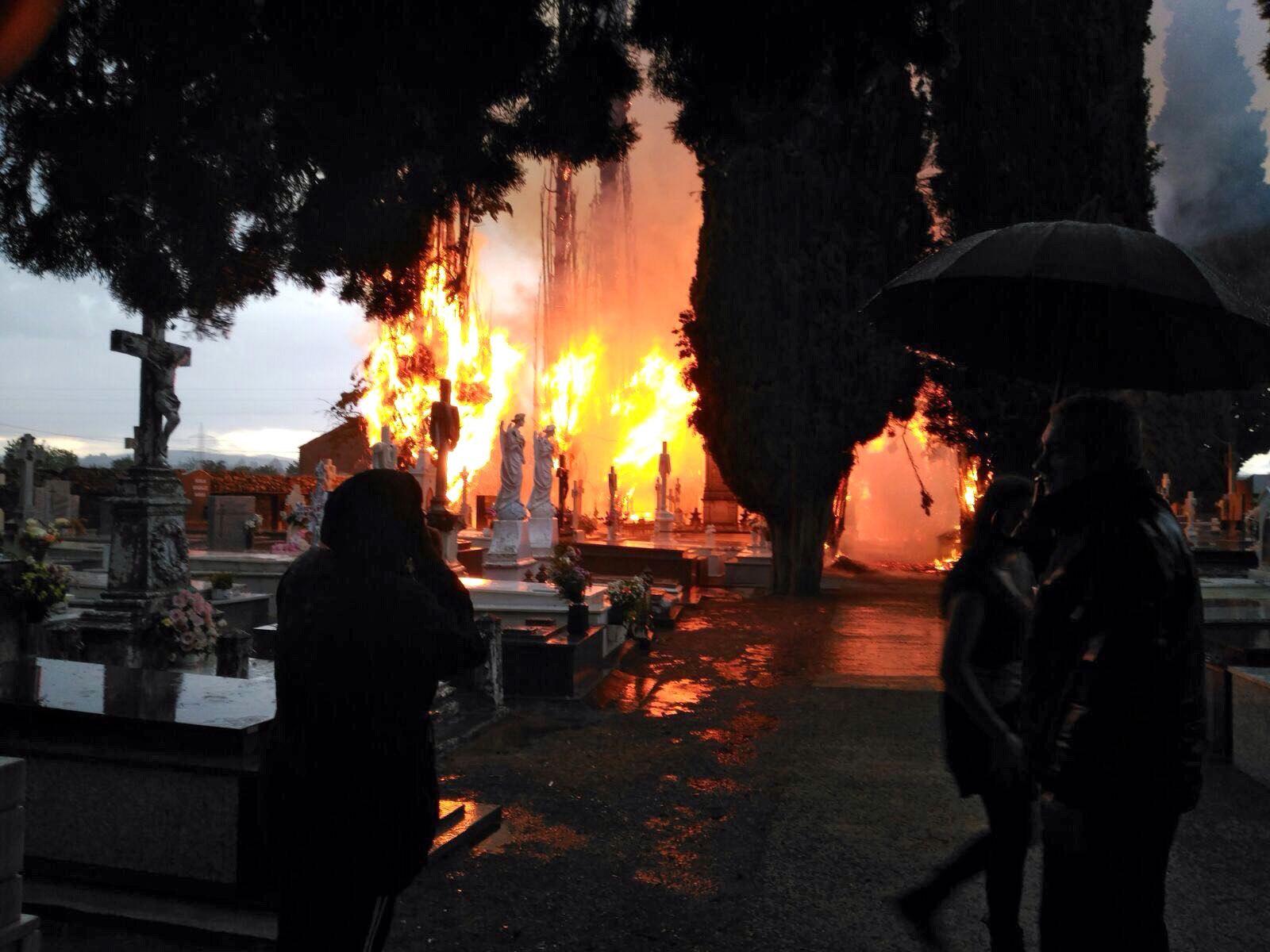 Imatge de l'incendi que un raig ha provocat aquest dimecres al cementiri de Cacabelos, a Ponferrada. /ANA F. BARREDO
