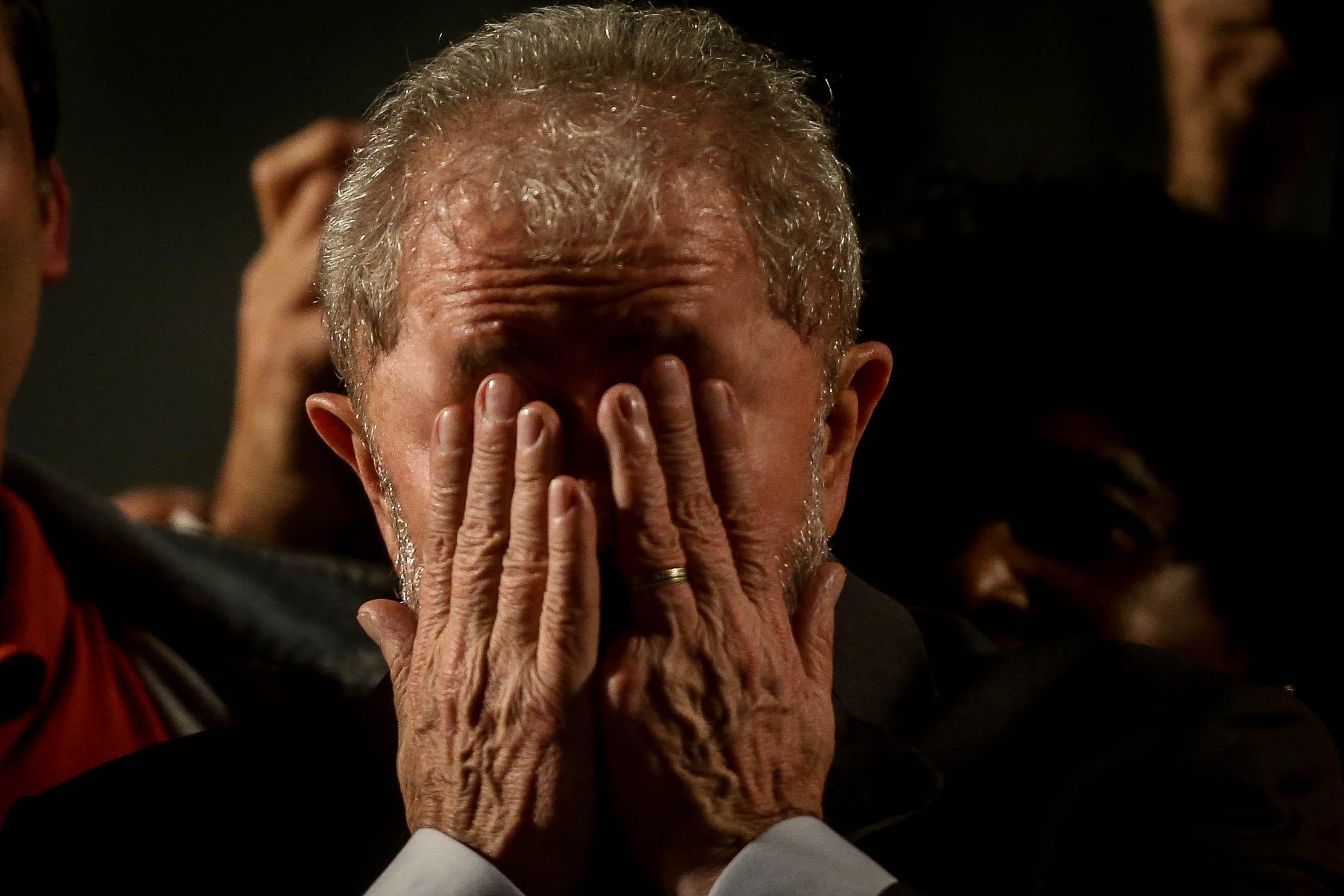 L'expresident brasiler Luiz Inácio Lula da Silva participa en un encontre amb milers de simpatitzants a Curitiba (Brasil), després de declarar com imputat per corrupció. /FERNANDO BIZERRA JR