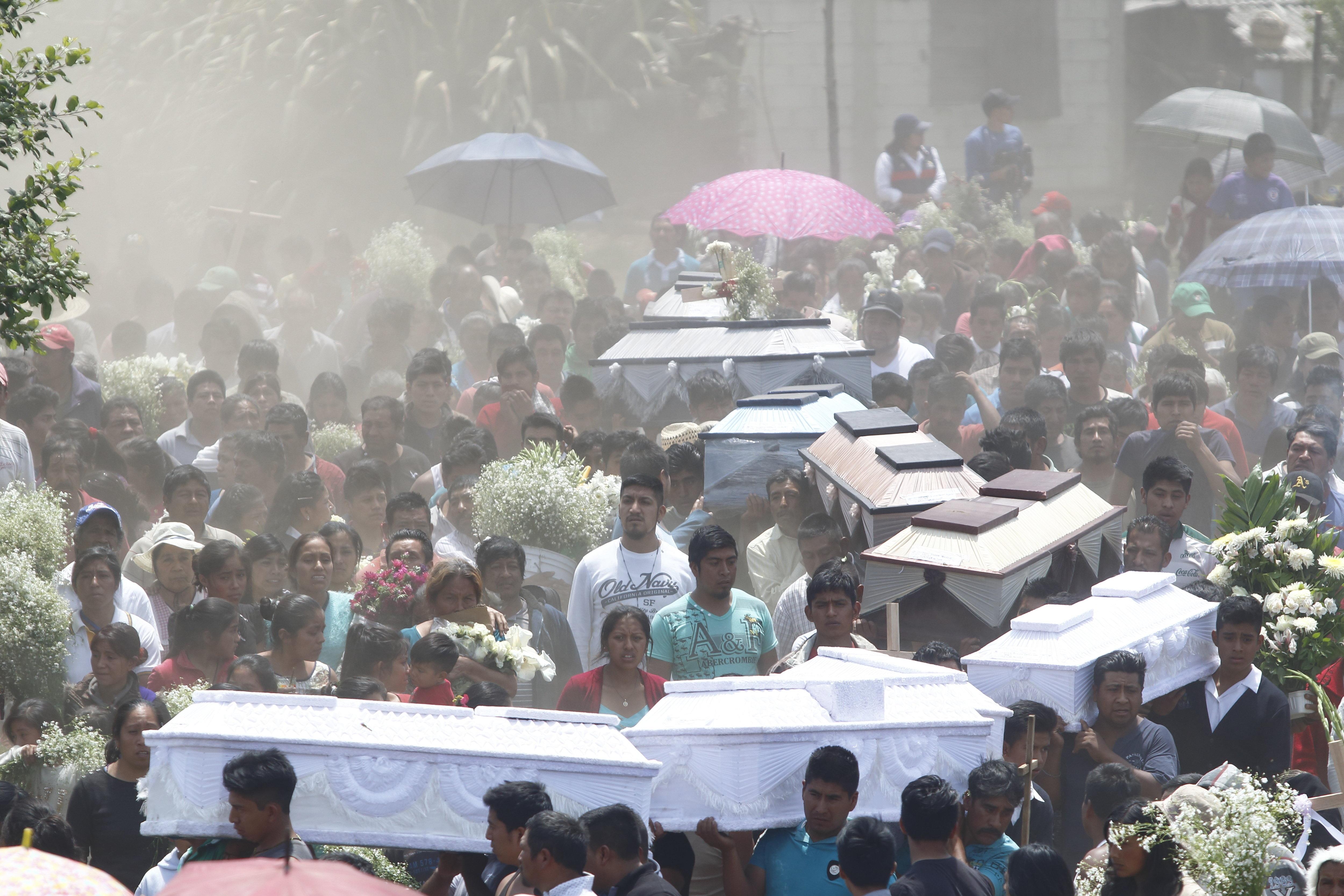 Fotografia del funeral col·lectiu de les víctimes d'una explosió registrada en un magatzem de pirotècnia en el poblat de Chilchotla (Mèxic). /FRANCISCO GUASCO