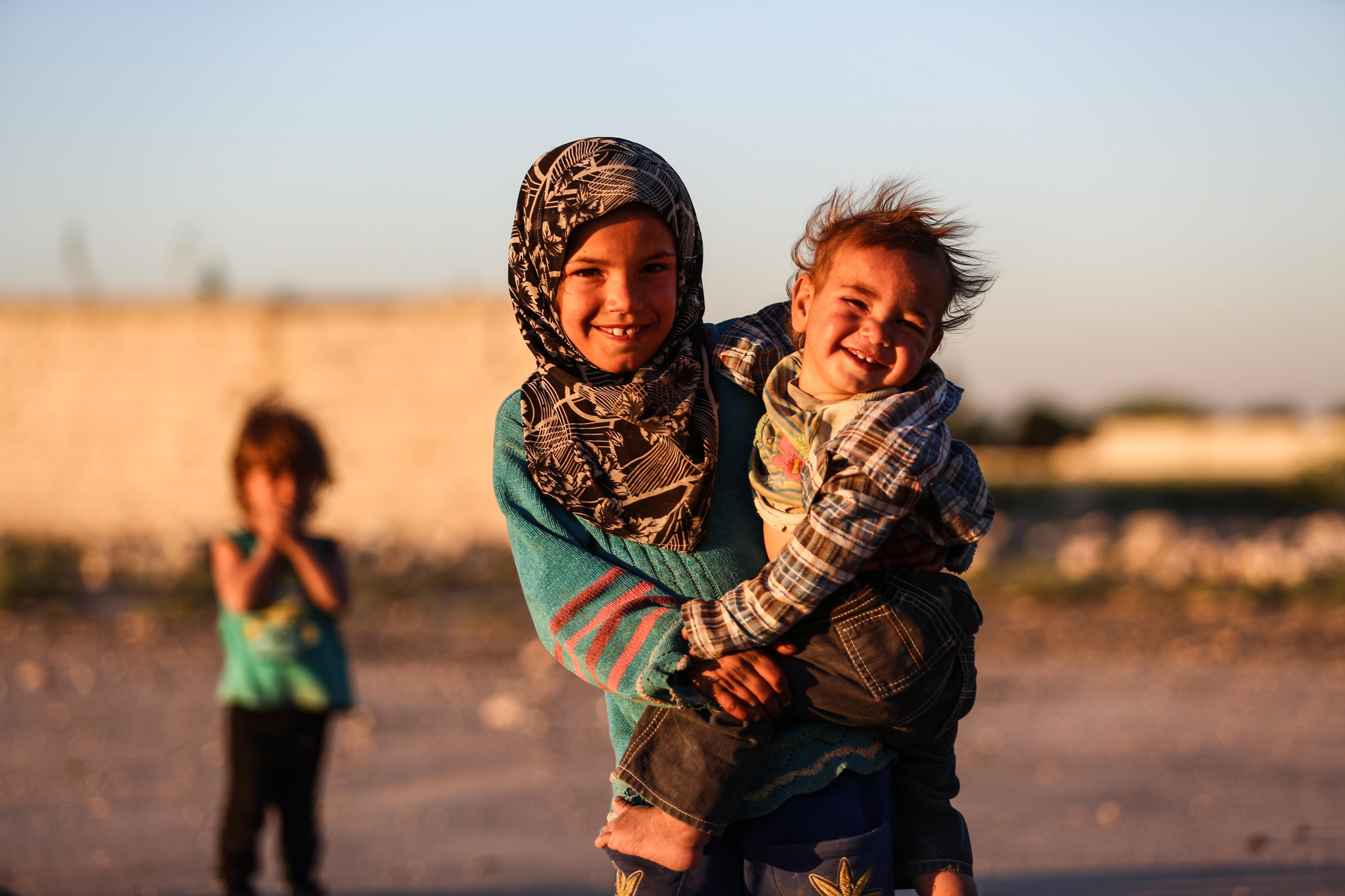 Tres nins migrants perden les seves llars en un dels bombardejos a Autaya, Siria. /MOHAMMED BADRA