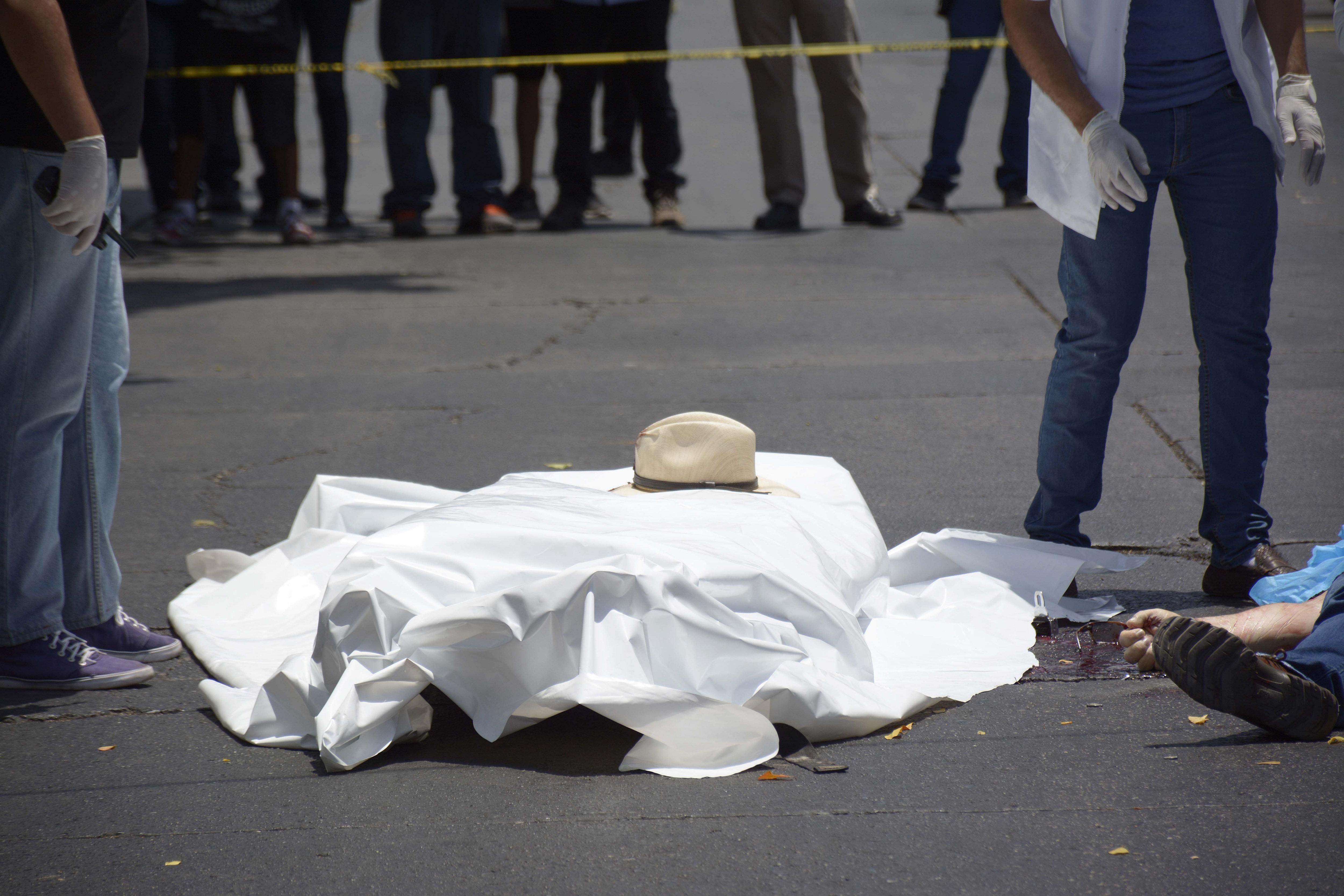 Perits forenses recullen informació en el lloc on ha estat assassinat l'escriptor mexicà Javier Valdez Cárdenas a Culiacán, Sinaloa (Mèxic). /JUAN CARLOS CRUZ