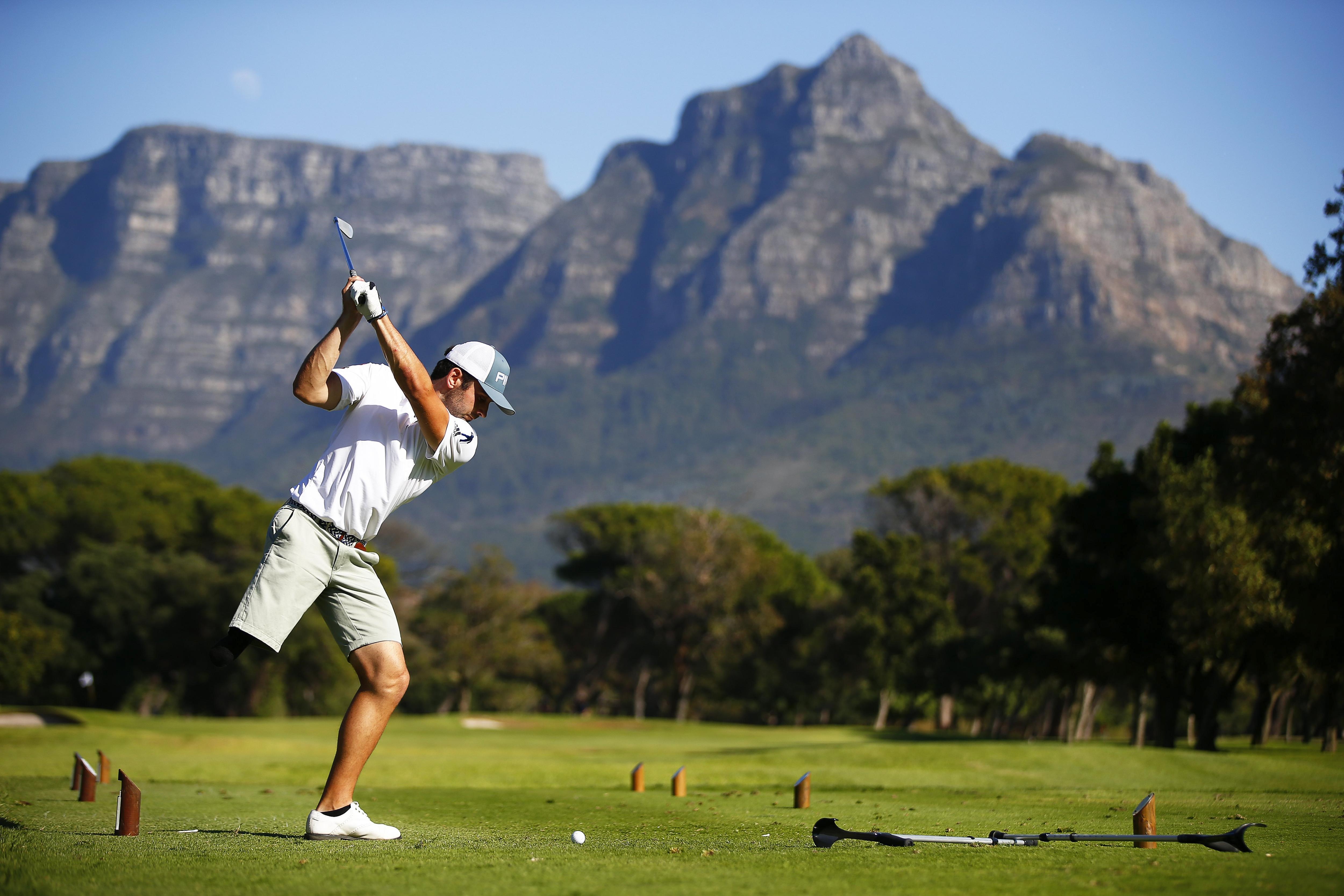 El golfista Juan Postigo copeja la bolla en el Campionat del Món de golf per a discapacitats en el club King David Mowbray a Sud-àfrica. /NIC BOTHMA