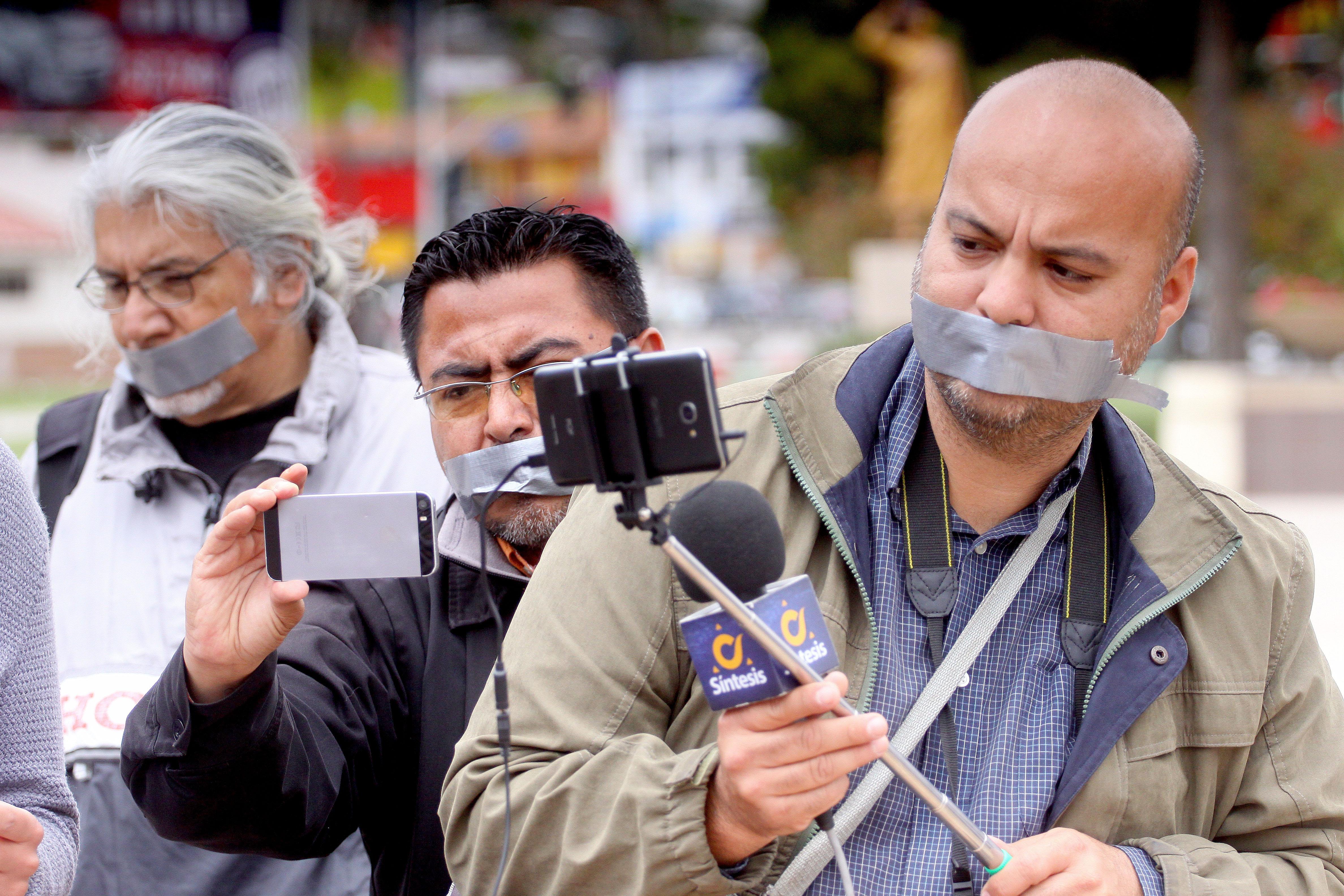 Periodistes mexicans cobreixen la seva boca amb cinta per manifestar el seu rebuig per l'assassinat de comunicadors en els darrers mesos (Mèxic). /ALEJANDRO ZEPEDA