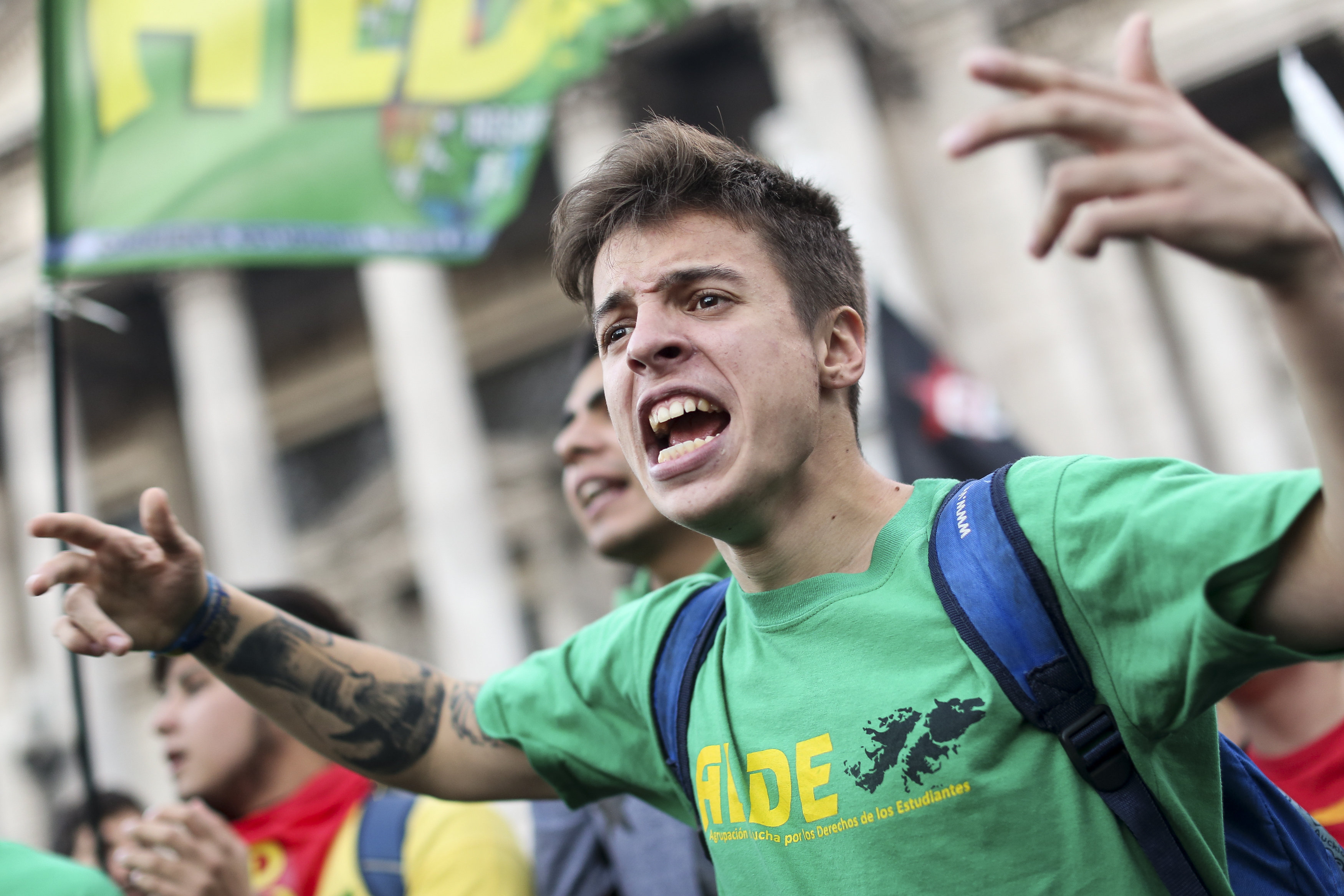 Centenars d'estudiants participen en una marxa universitària en el centre de Buenos Aires (Argentina). /DAVID FERNÁNDEZ