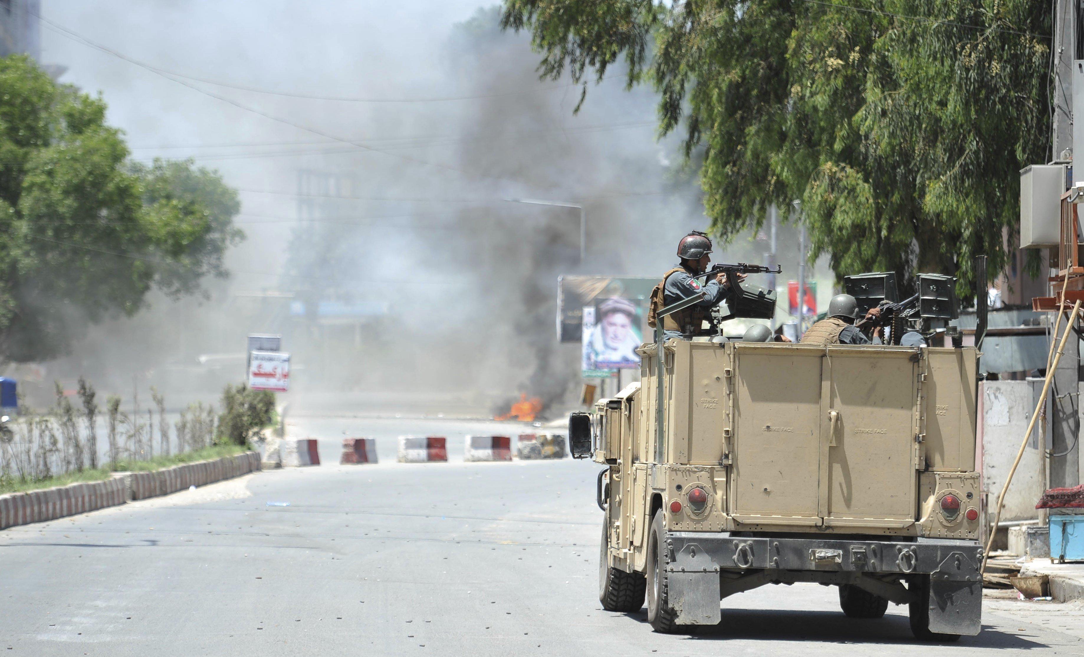 Soldats afganesos detenen un sospitós després d'un atac a un canal de televisió a Jalalabad (Afganistan). /GHULAMULLAH HABIBI