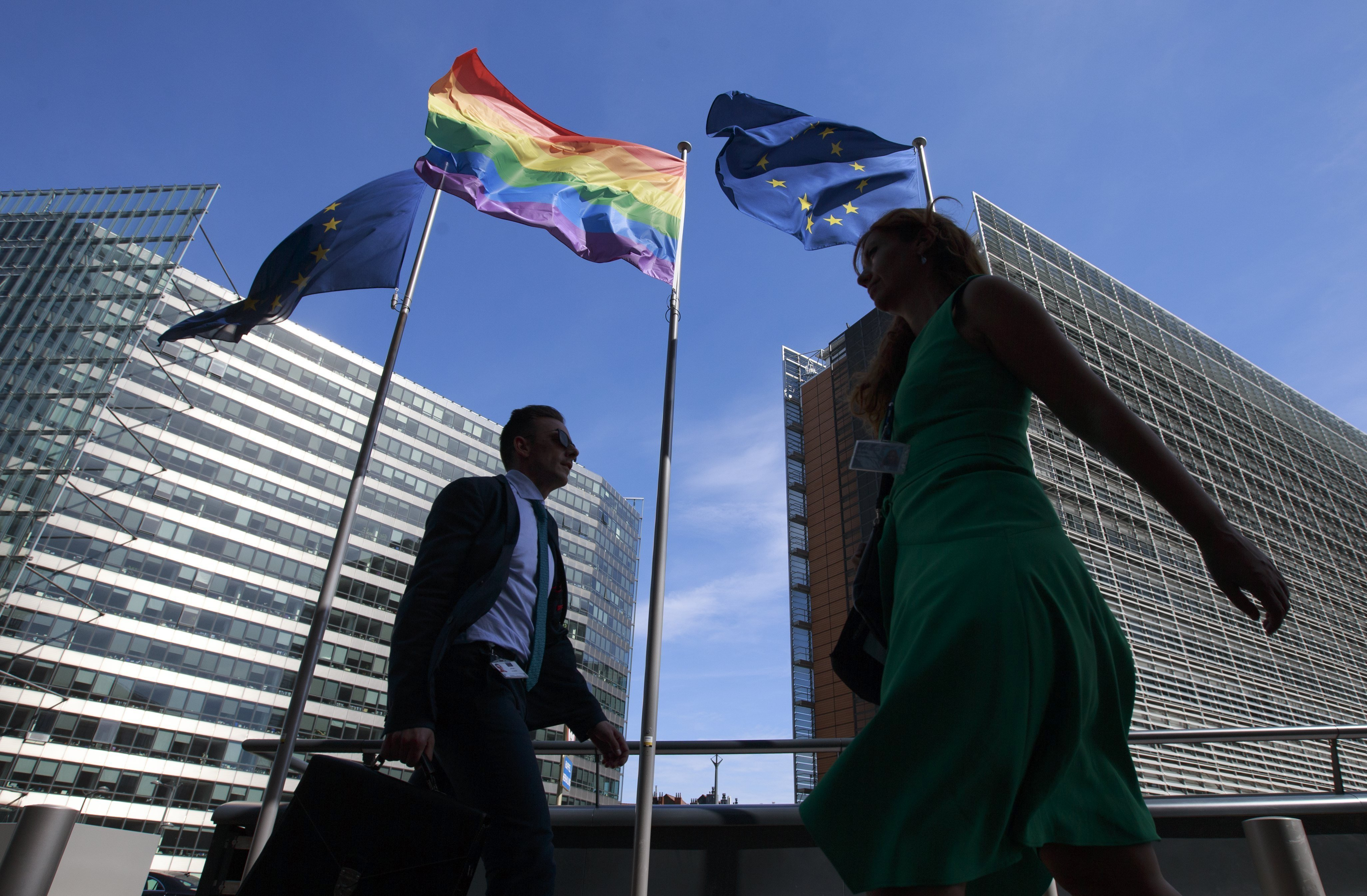 La bandera de l'orgull LGTBI oneja avui 17 de maig, Dia Internacional contra la LGTBIfòbia, entre dues banderes de la Unió Europea, davant la seu del Consell Europeu a Brussel·les, Bèlgica. / OLIVIER HOSLET