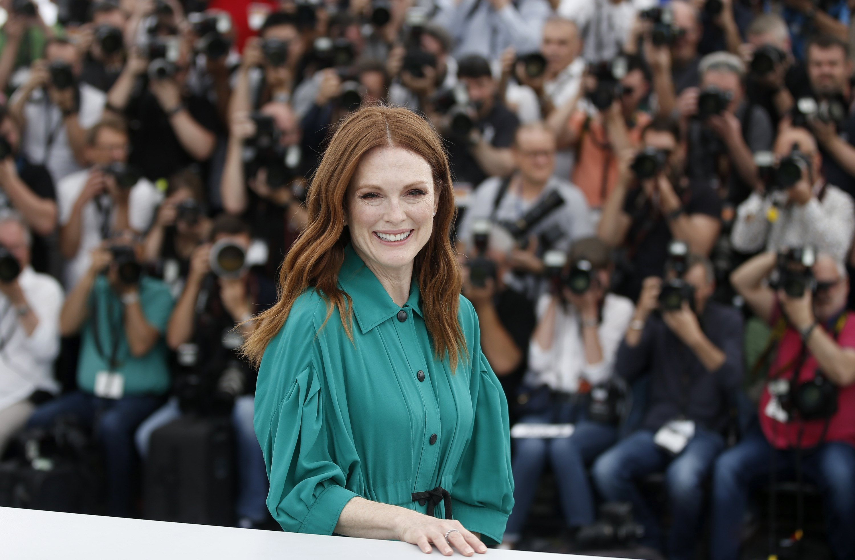 L'actriu nord-americana Julianne Moore posa per als fotògrafs durant la presentació de la pel·lícula 'Wonderstruck', del director Todd Haynes, que competeix dins de la secció oficial de la 70 edició del Festival de Cannes. /GUILLAUME HORCAJUELO