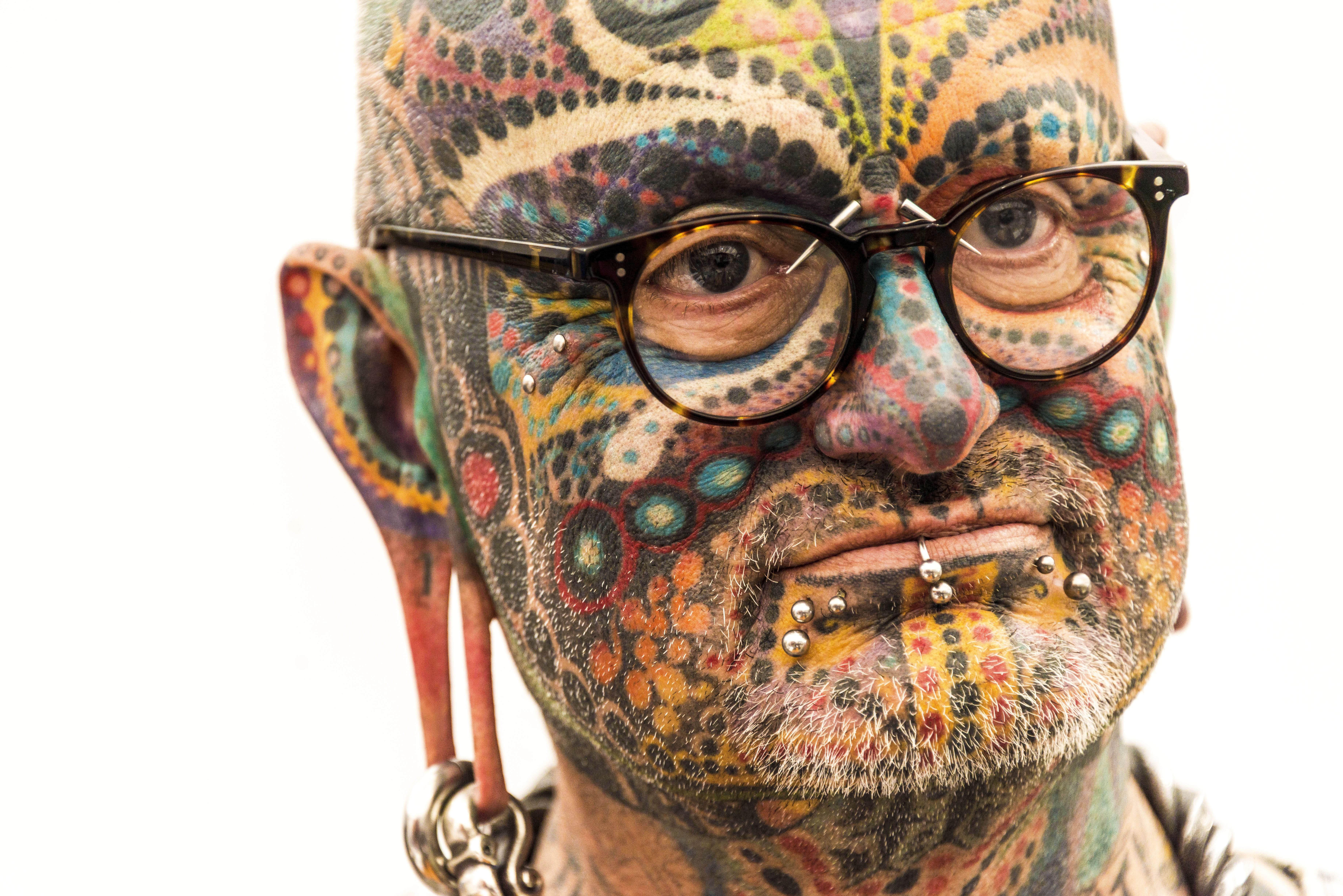 Un assistent a la jornada inaugural de la tercera edició del Traditional Tattoo & World Culture Festival celebrat a Calvià. /CATI CLADERA
