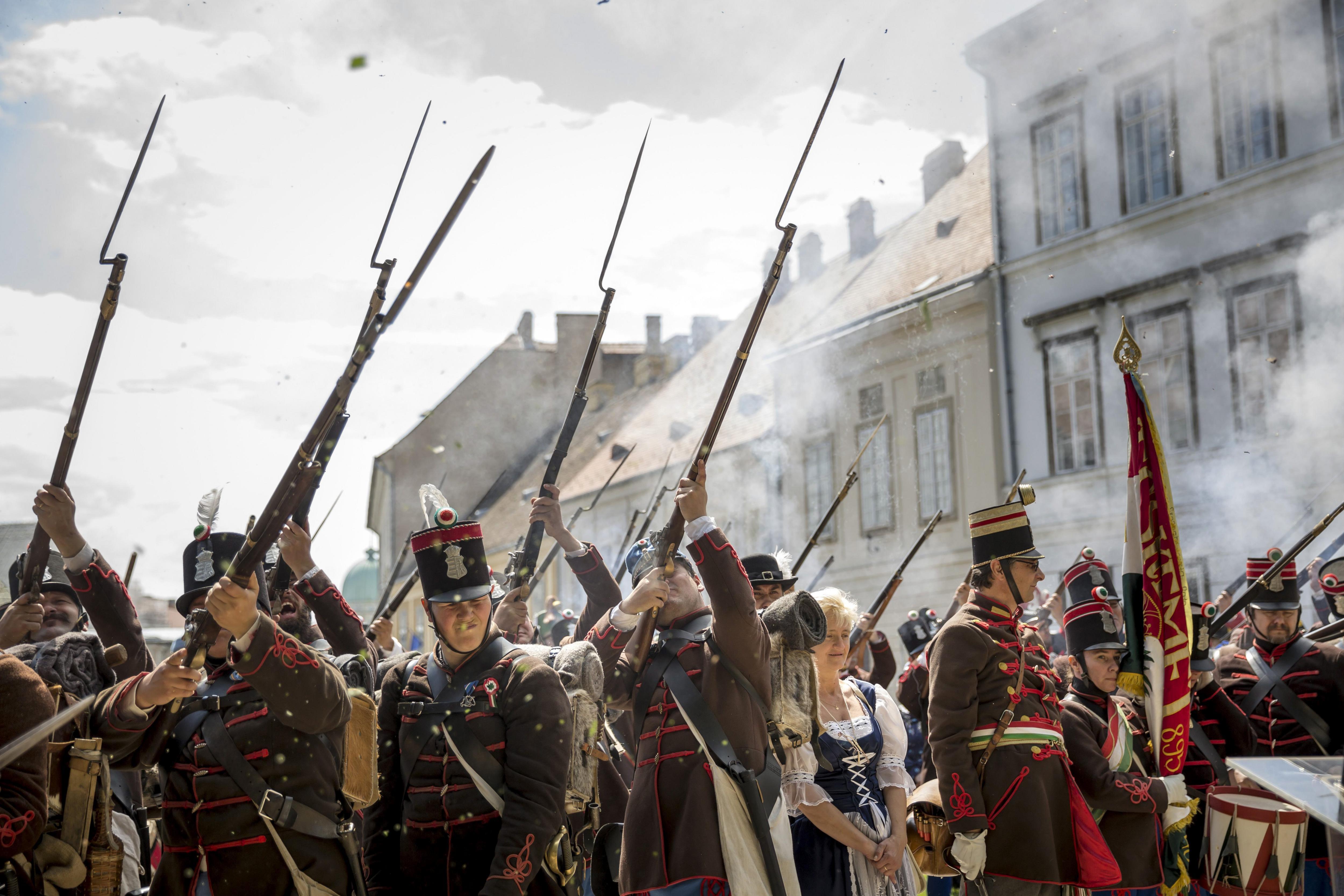 Centenars de persones participen en la recreació històrica de la revolució hongaresa del 1848 en el casc històric de Budapest. /BALAZS MOHAI