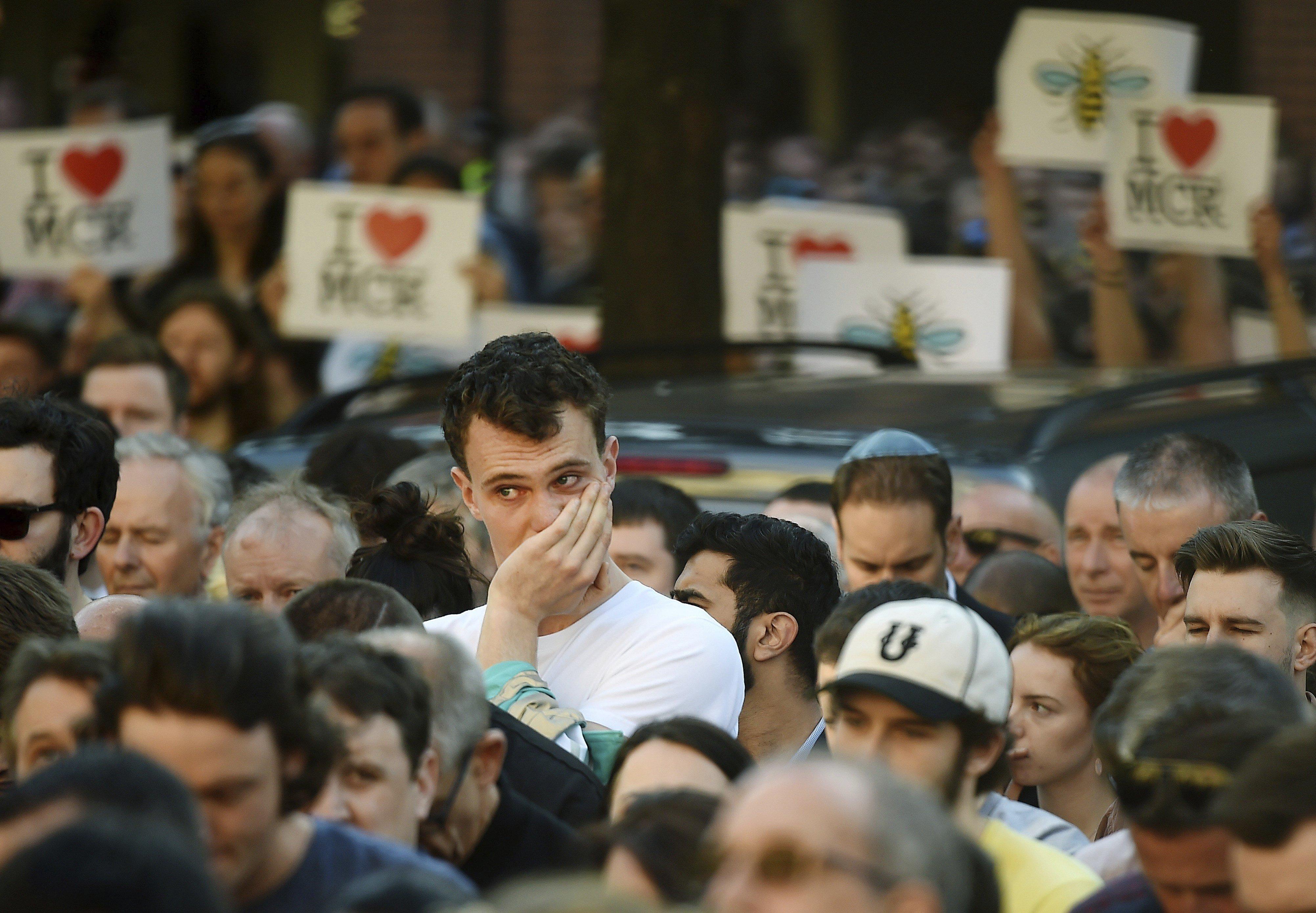 Diverses persones assisteixen a una vigília per les víctimes de l'atemptat de Manchester (Regne Unit). /ANDY RAIN