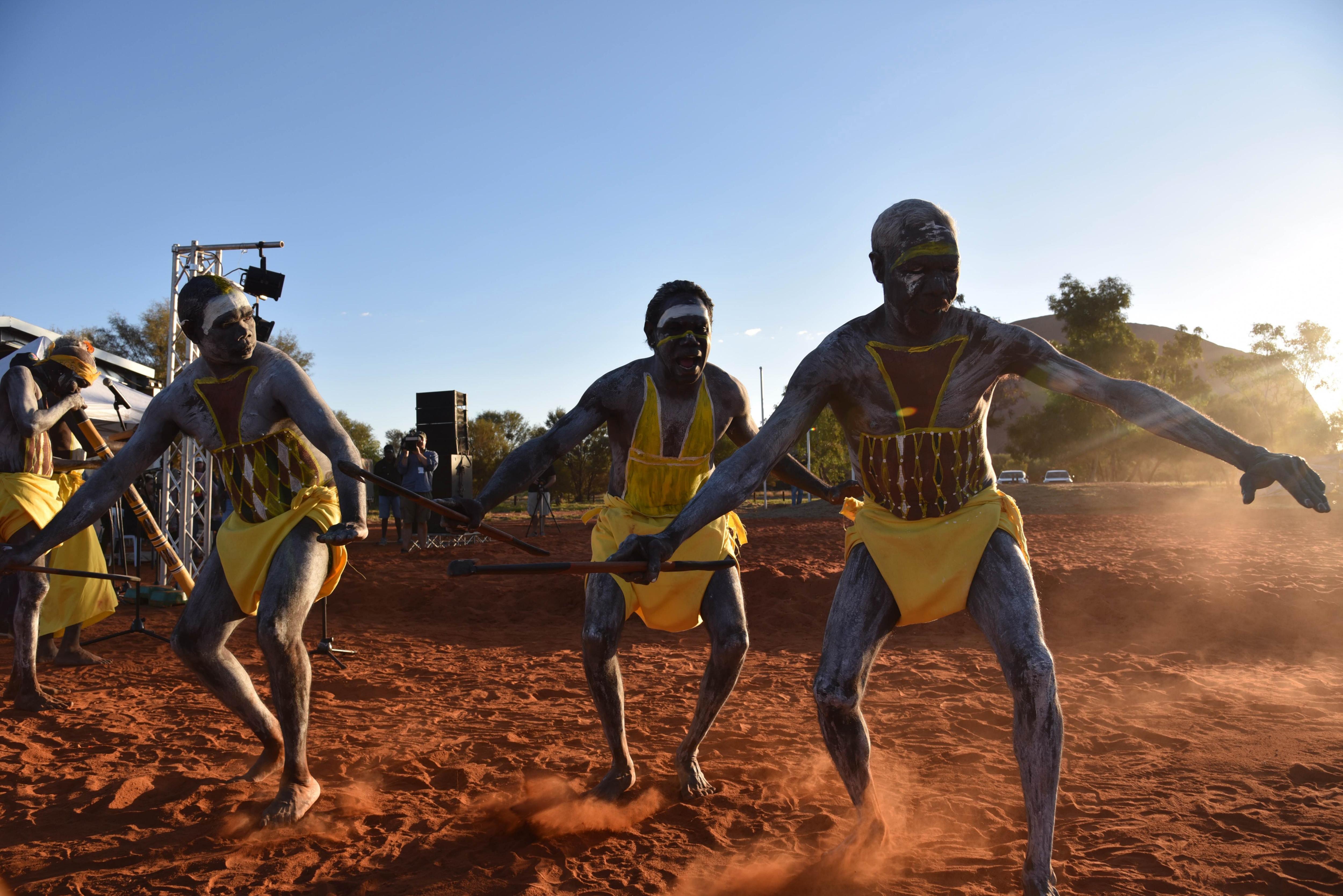Ballarins d'East Arnhem Land en la cerimònia d'obertura de la Convenció Nacional Constituent Indígena a Mutitjulu, prop de Uluru (Austràlia). /LUCY HUGHES JONES