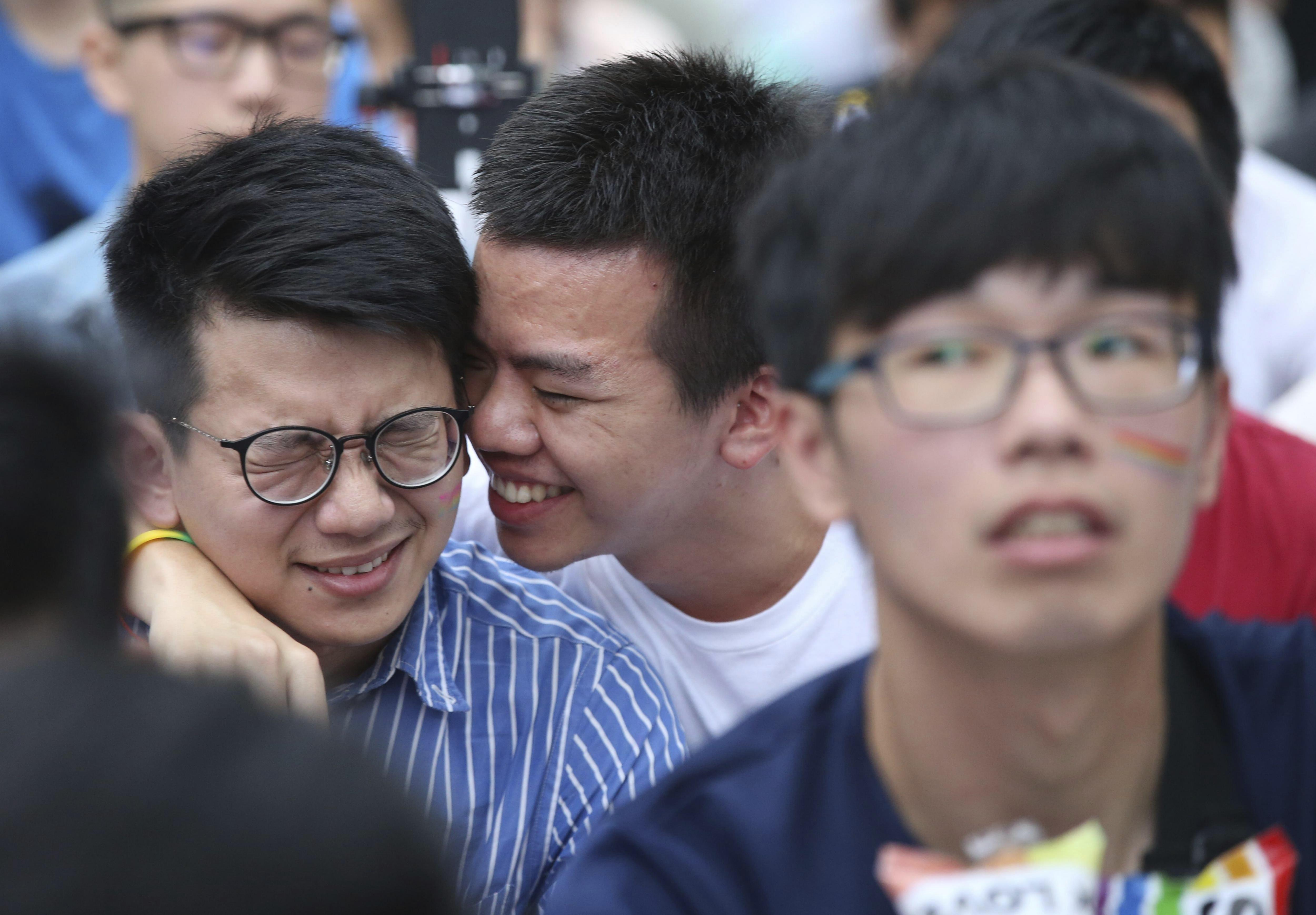 Dos joves celebren la decisió del Tribunal Constitucional sobre el matrimoni entre persones del mateix sexe davant el Parlament de Taipei (Taiwan). /RITCHIE B. TONGO