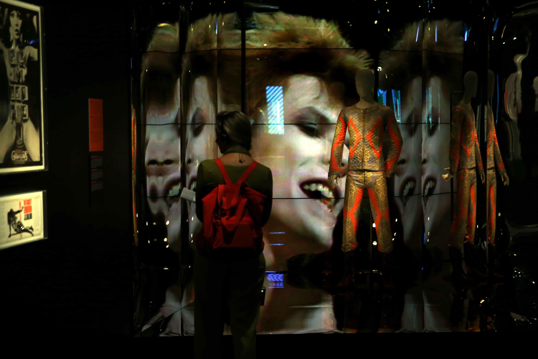 Una dona observa l'exposició 'David Bowie is' en el Museu del Disseny de Barcelona. /TONI ALBIR