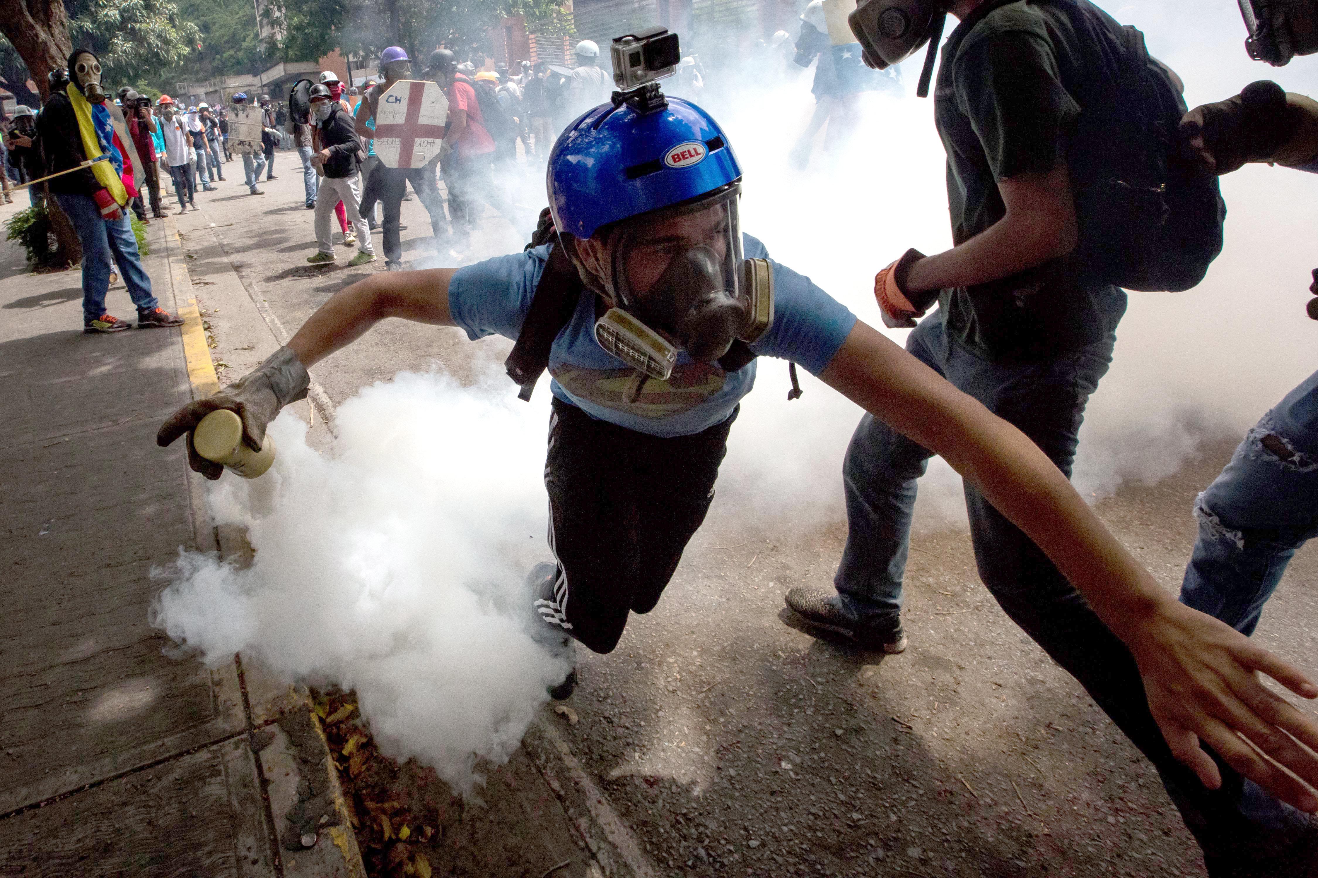 Manifestants s'enfronten amb la policia durant una protesta contra el govern de Caracas (Veneçuela). /MIGUEL GUTIERREZ