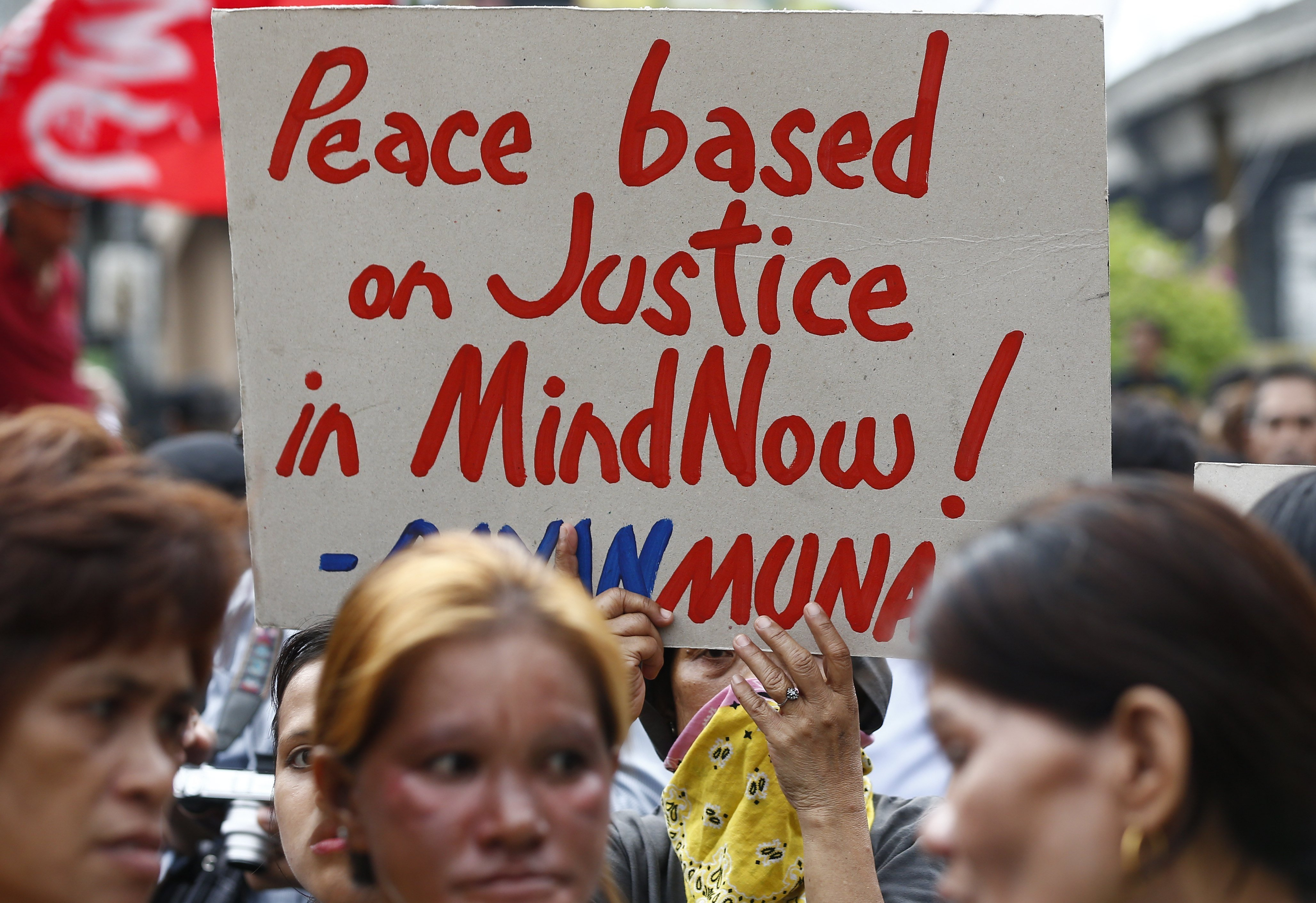 Una dona mostra un cartell en protesta contra la Llei Marcial a Manila (Filipines). /ROLEX DELA PEÑA