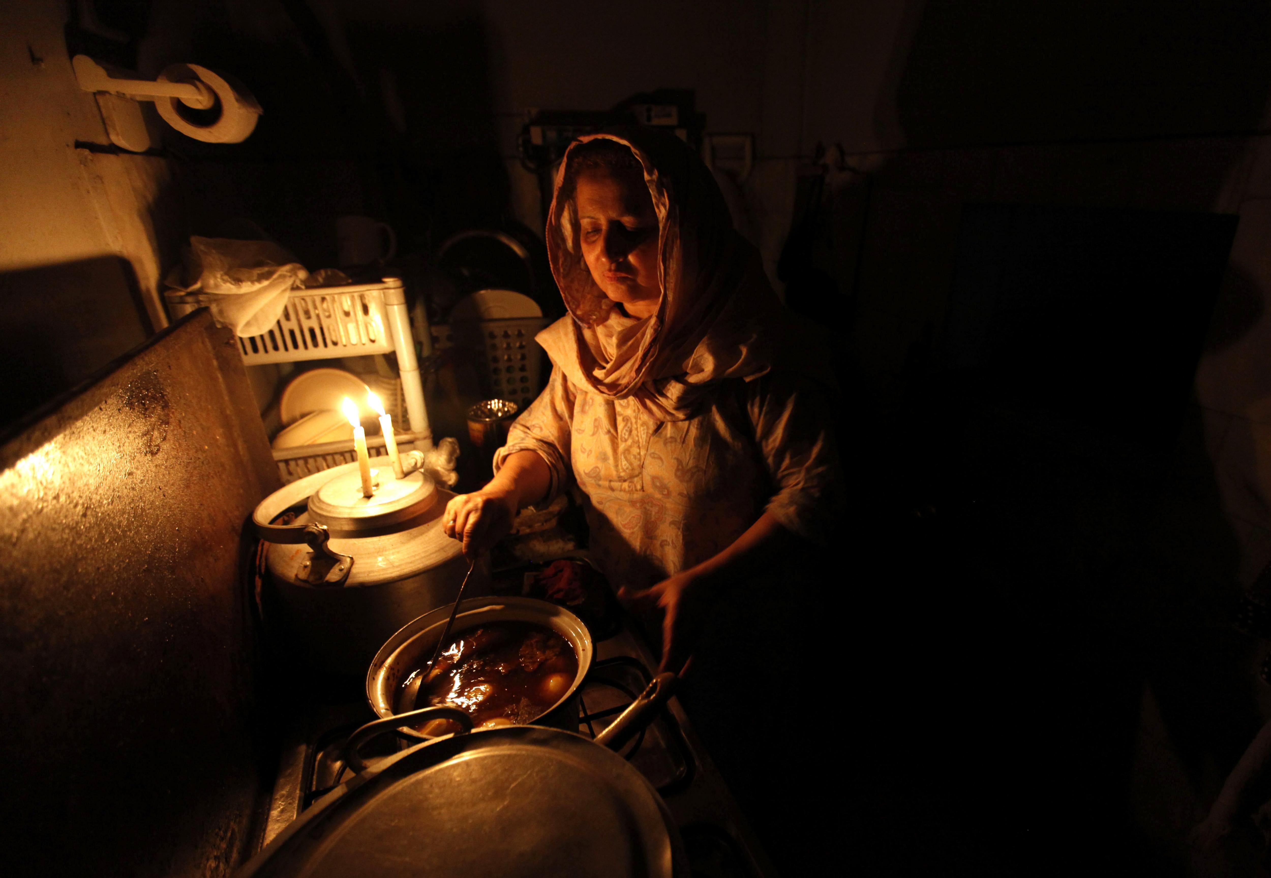 Una dona prepara el menjar durant una apagada a Peshawar (Pakistan). /BILAWAL ARBAB