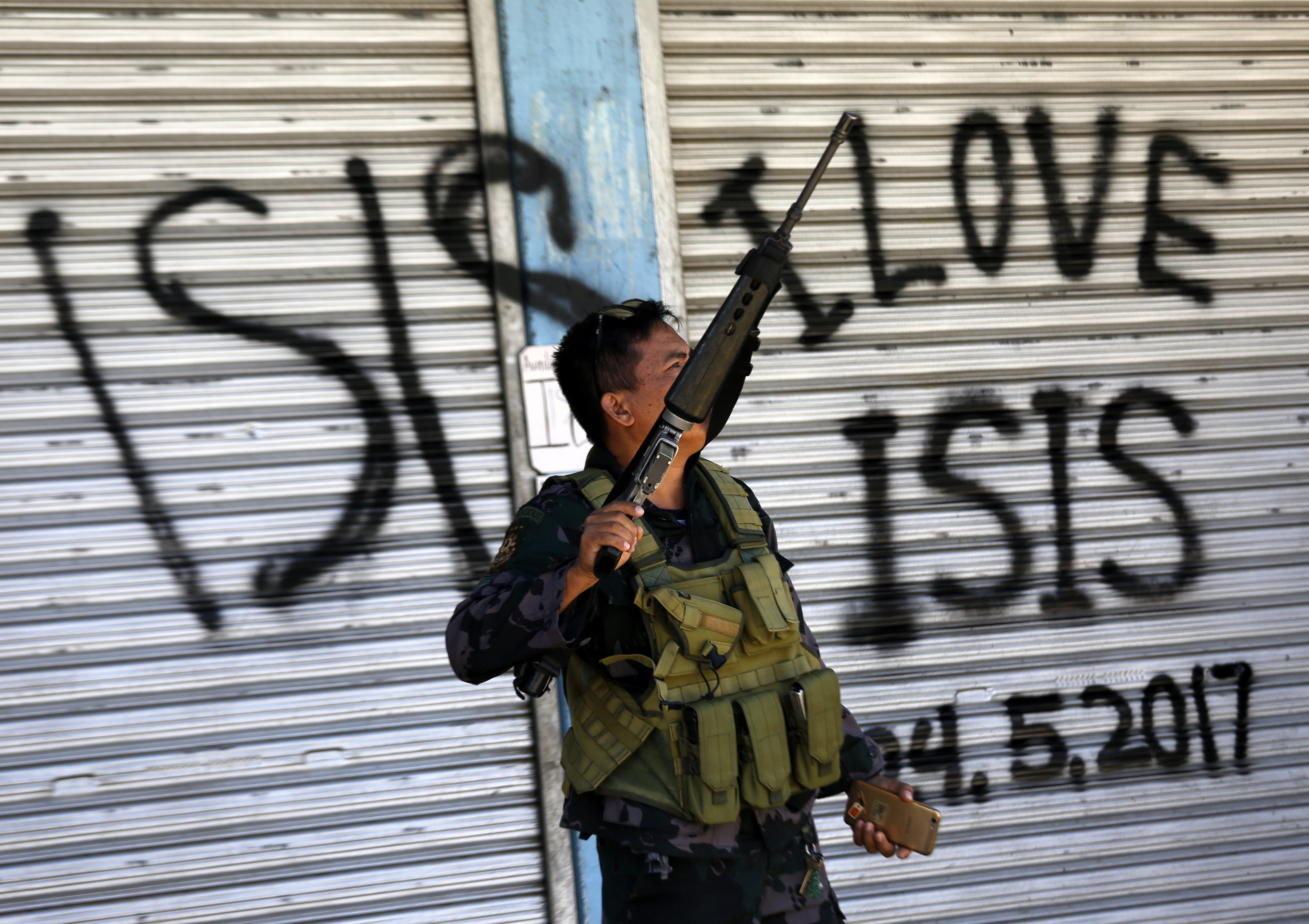 Un soldat filipí patrulla una zona que pertanyia al grup Maute a Marawi, a l'illa de Mindanao, al sud de Filipines. /FRANCIS R. MALASIG
