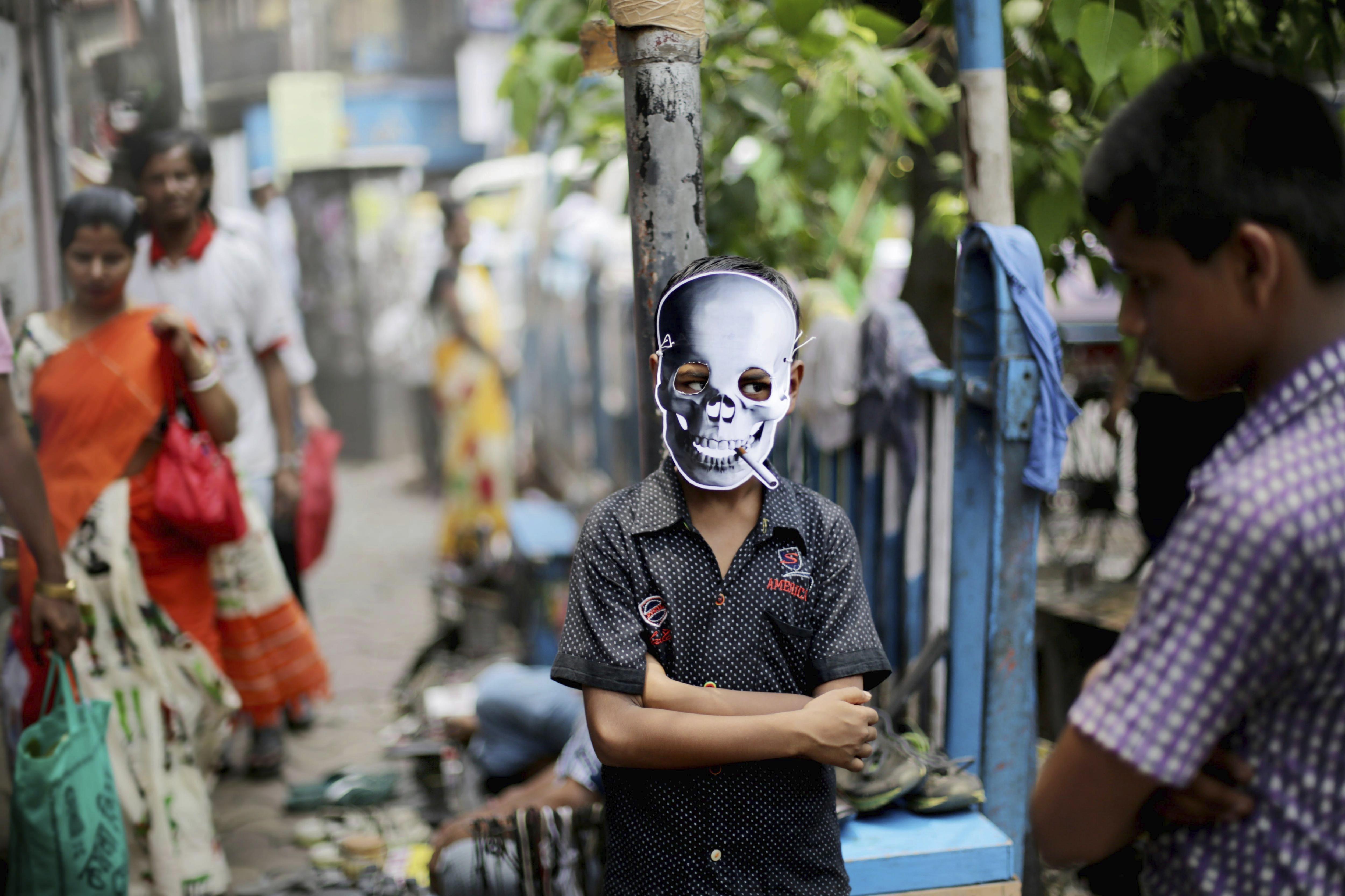 Un activista indi porta una careta d'una calavera amb un cigarret durant una campanya contra el tabaquisme durant el Dia Mundial sense Tabac a Calcuta (Índia). /PIYAL ADHIKARY