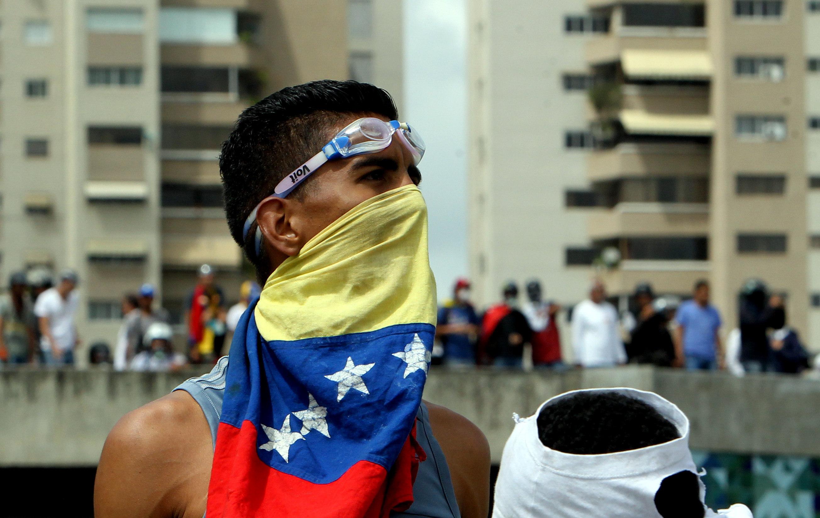 Un manifestant participa en una protesta a la base aèria militar La Carlota a Caracas (Veneçuela). /MAURICIO DUEÑAS CASTAÑEDA