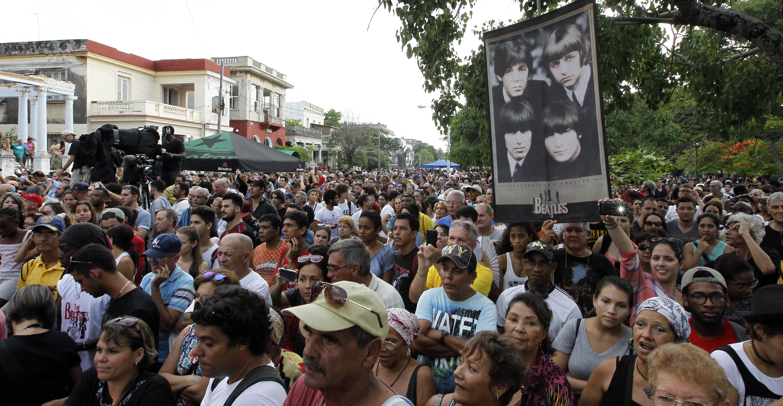 Centenars de persones assisteixen a un concert homenatge pels 50 anys de l'àlbum Sgt. Pepper's Lonely Hearts Band, de la banda britànica The Beatles, a La Havana (Cuba). /ERNESTO MASTRASCUSA