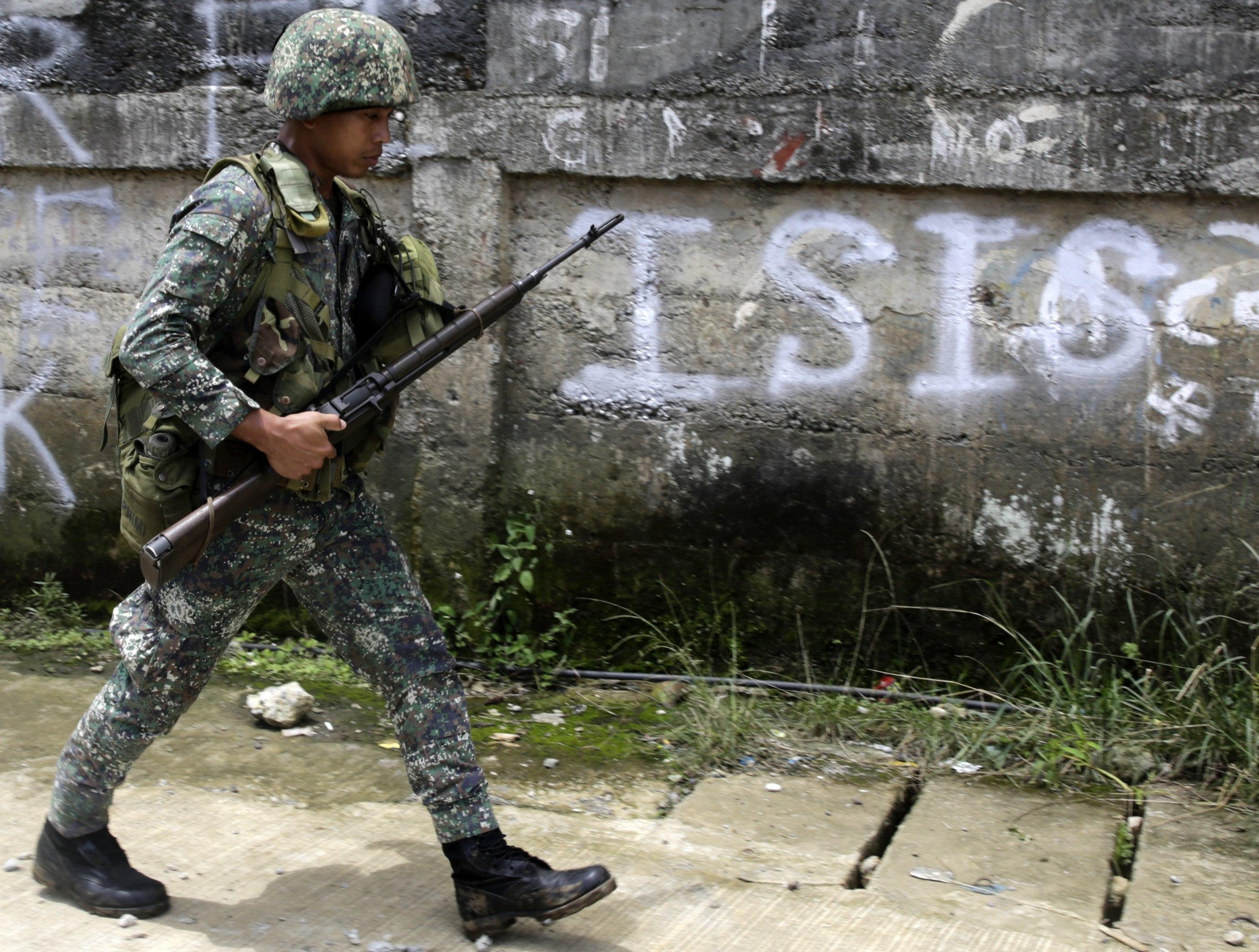 Un soldat filipí patrulla per un barri després d'un bombardeig durant els combats entre grups jihadistes afins a l'Estat Islàmic (EI) i l'Exèrcit a la ciutat de Marawi, Filipines. /FRANCIS R. MALASIG