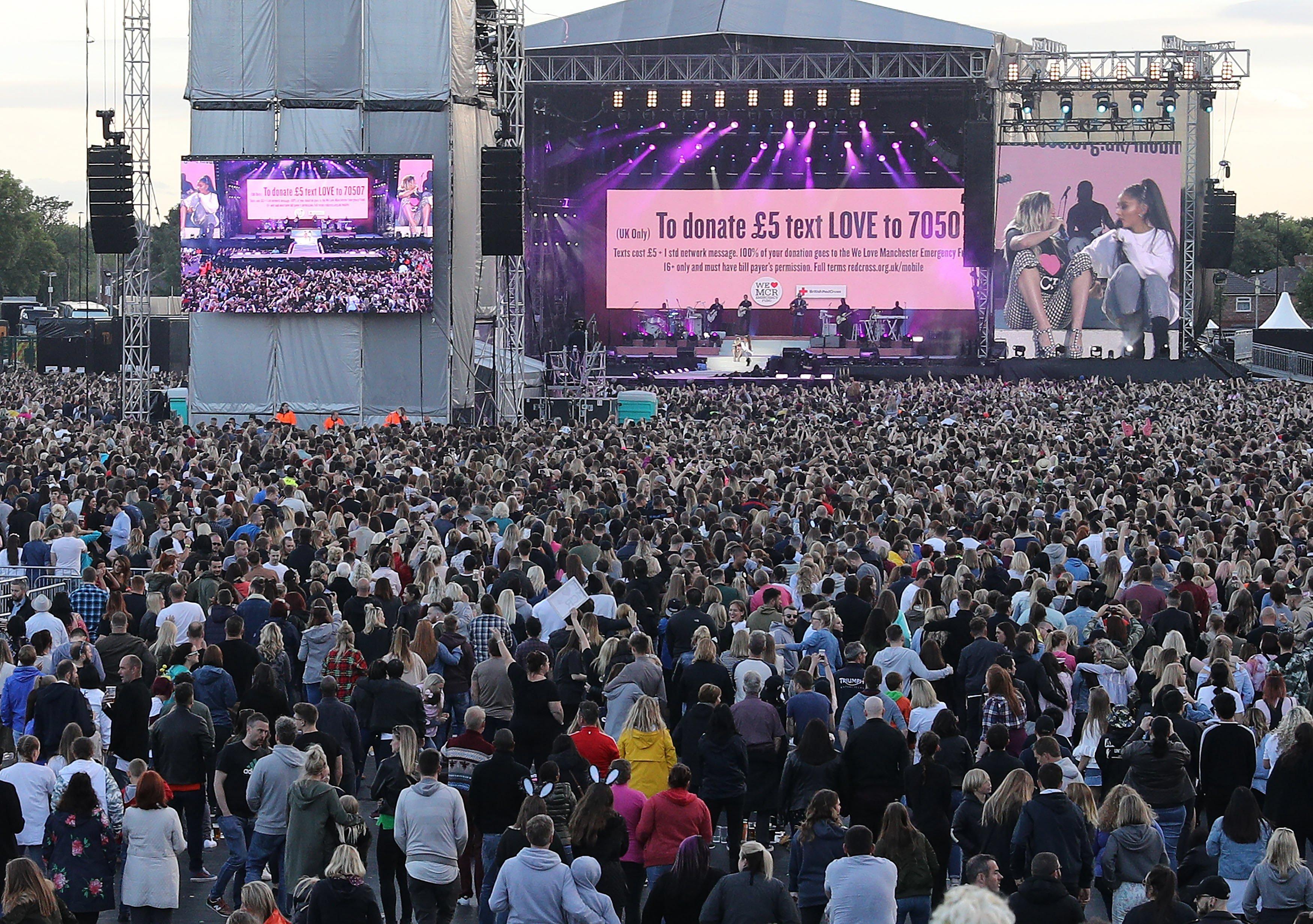 Ariana Grande i Miley Cyrus en l'escenari durant el seu concert One Love Manchester en el Old Trafford Cricket Ground a Manchester, Regne Unit./ NIGEL RODDIS