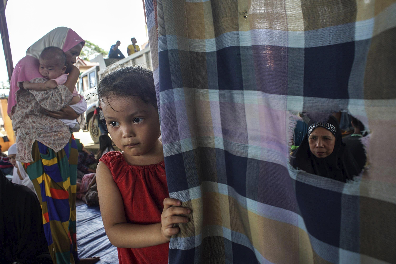 Filipins desplaçats descansen en un gimnàs habilitat com a centre d'evacuació durant els enfrontaments entre combatents de l'Estat Islàmic i l'Exèrcit filipí, en Marawi, Filipines. El conflicte en Marawi ha causat de moment 175 morts -120 rebels, 36 efectius de les forces de seguretat i 19 civils- segons les dades oficials./ LINUS G. ESCANDOR II