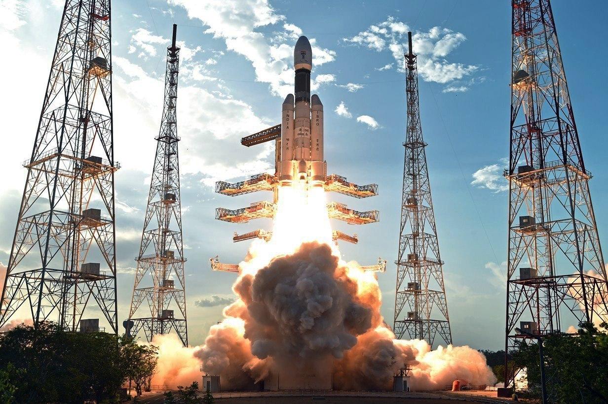 Llançament del GSLV Mark III, el coet espacial més gran i amb major capacitat construït fins avui per l'Organització de la Recerca Espacial de l'Índia (ISRO), que posarà en òrbita un satèl·lit d'alt rendiment de més de 3.000 quilograms de pes. /Indian Space Research Organization