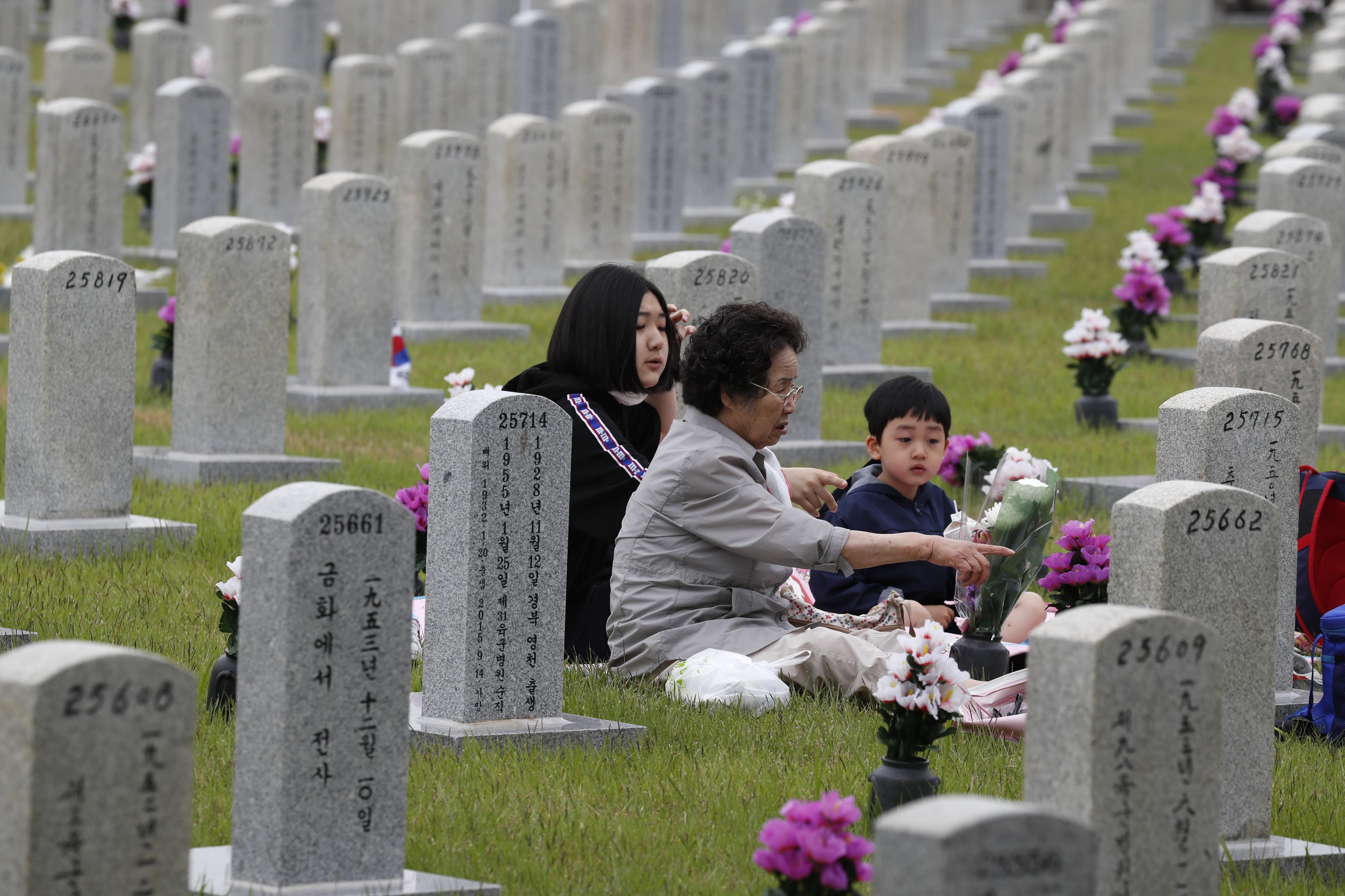 Una família visita una tomba durant el Dia dels Caiguts aquest dimarts 6 de juny de 2017 en el Cementiri Nacional de Seül, a Corea del Sud. / JEON HEON-KYUN