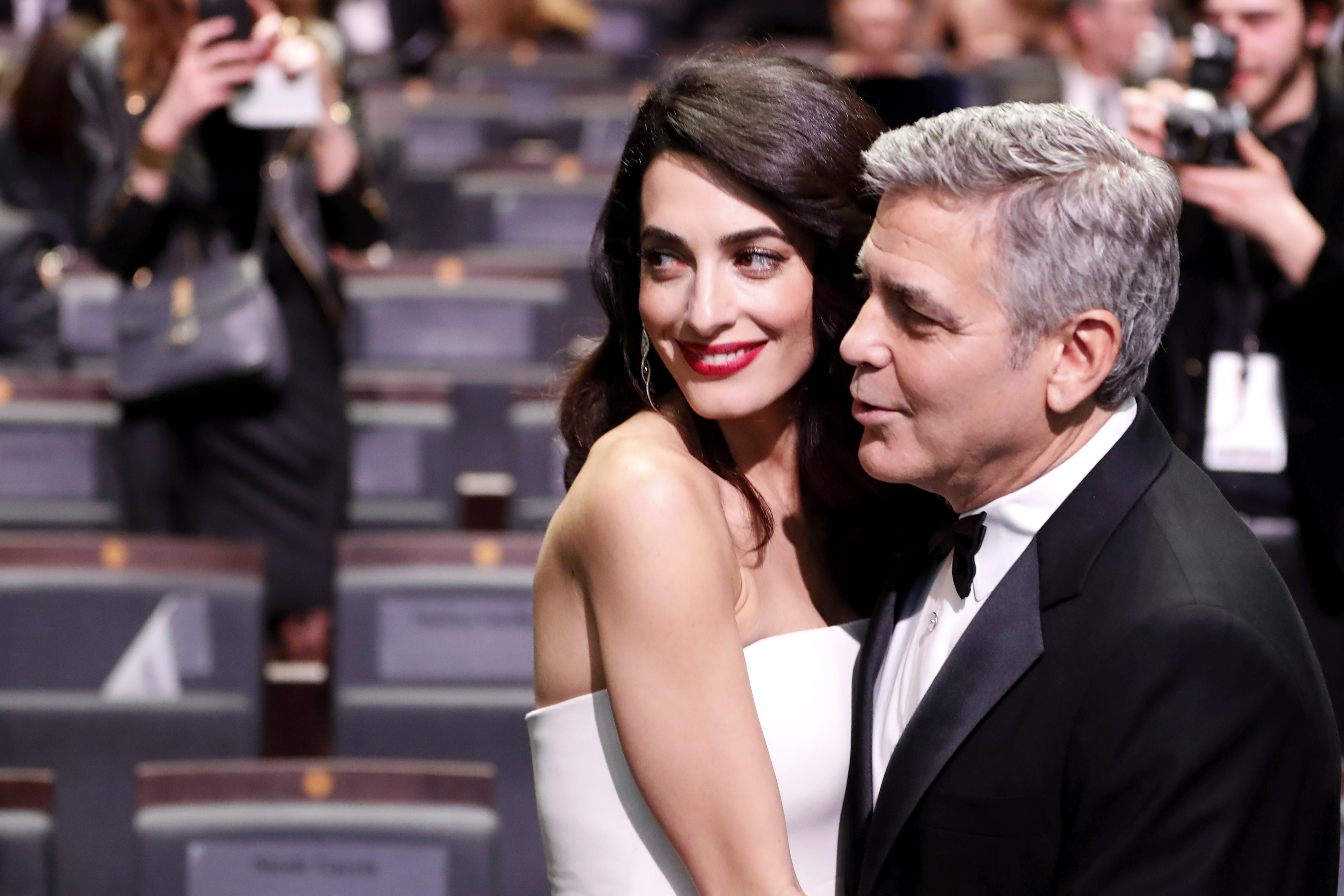 L'actor nord-americà George Clooney i la seva dona, l'advocada britànica Amal Clooney, han estat pares de bessons, als que han anomenat Ella i Alexander/Ian Langsdon