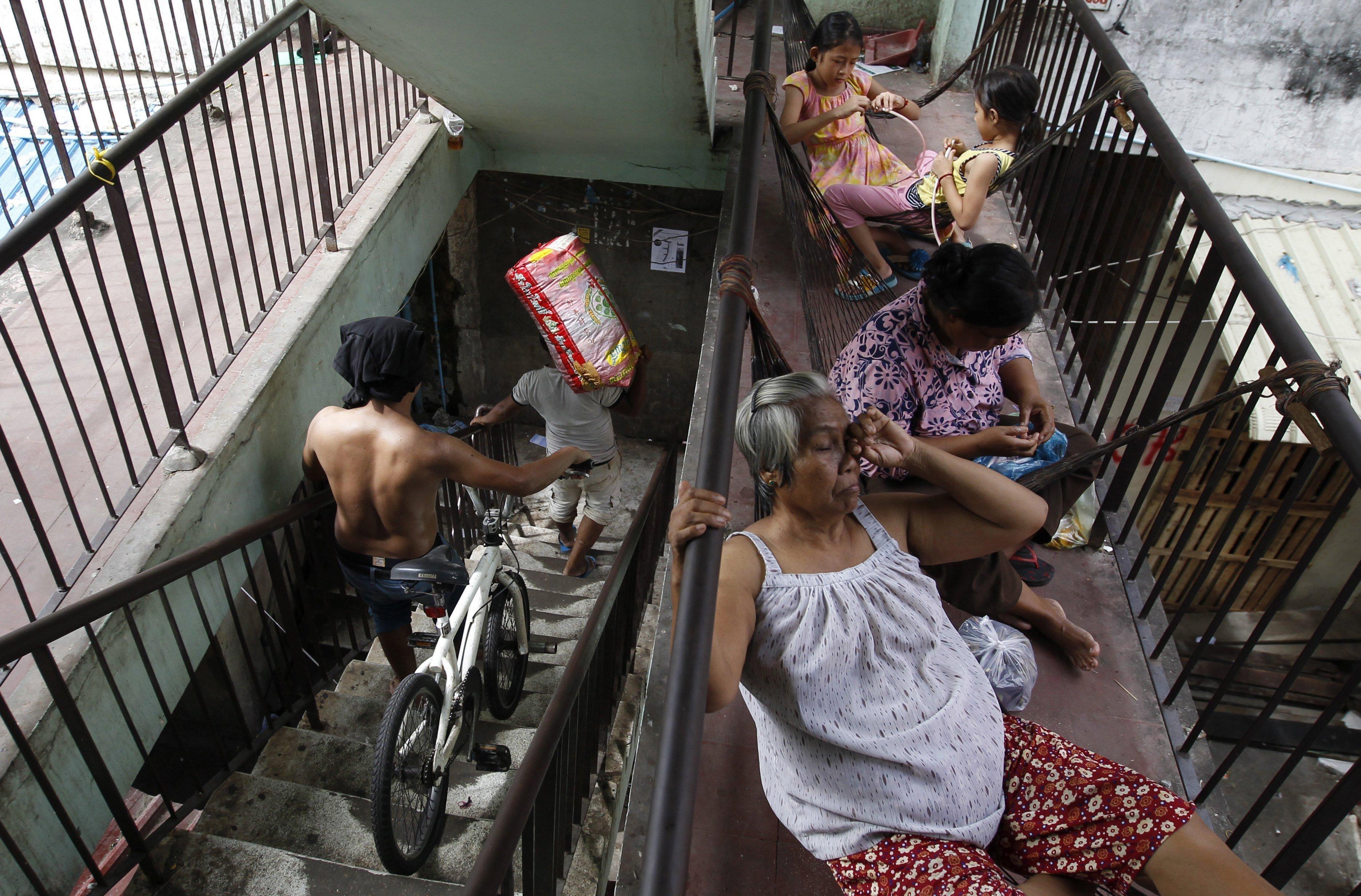 Alguns veïns de l'icònic edifici blanc de Penh comencen a treure les seves pertinences, a Cambodja. Els inquilins de l'edifici han acordat rebre una compensació de 1.400 dòlars per metre quadrat per part de la companyia urbanística japonesa Arakawa, que té previst derruir-lo i transformar-lo en un edifici de 21 plantes./Mak Remissa