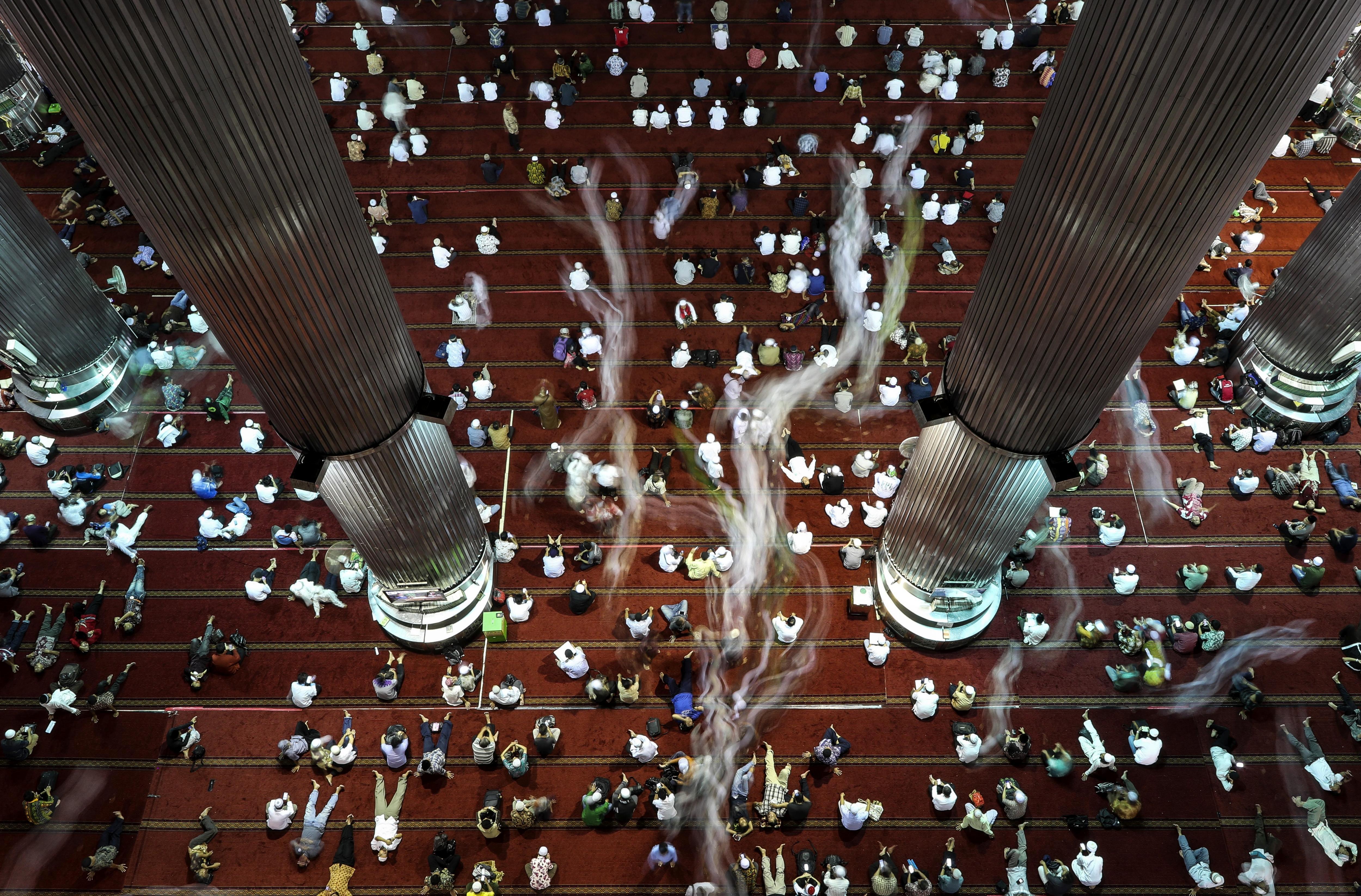 Fidels musulmans descansen després de concloure les oracions dels divendres a la mesquita Istiqlal de Jakarta, Indonèsia, durant les celebracions del ramadà./Mast Irham